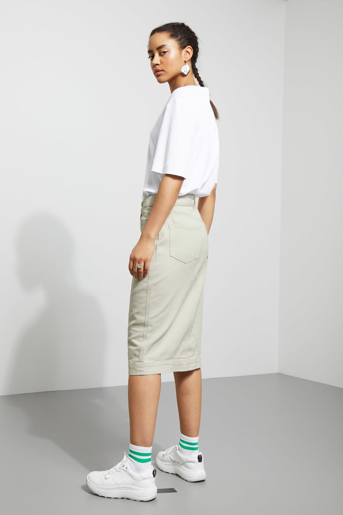 Model back image of Weekday sign skirt in beige