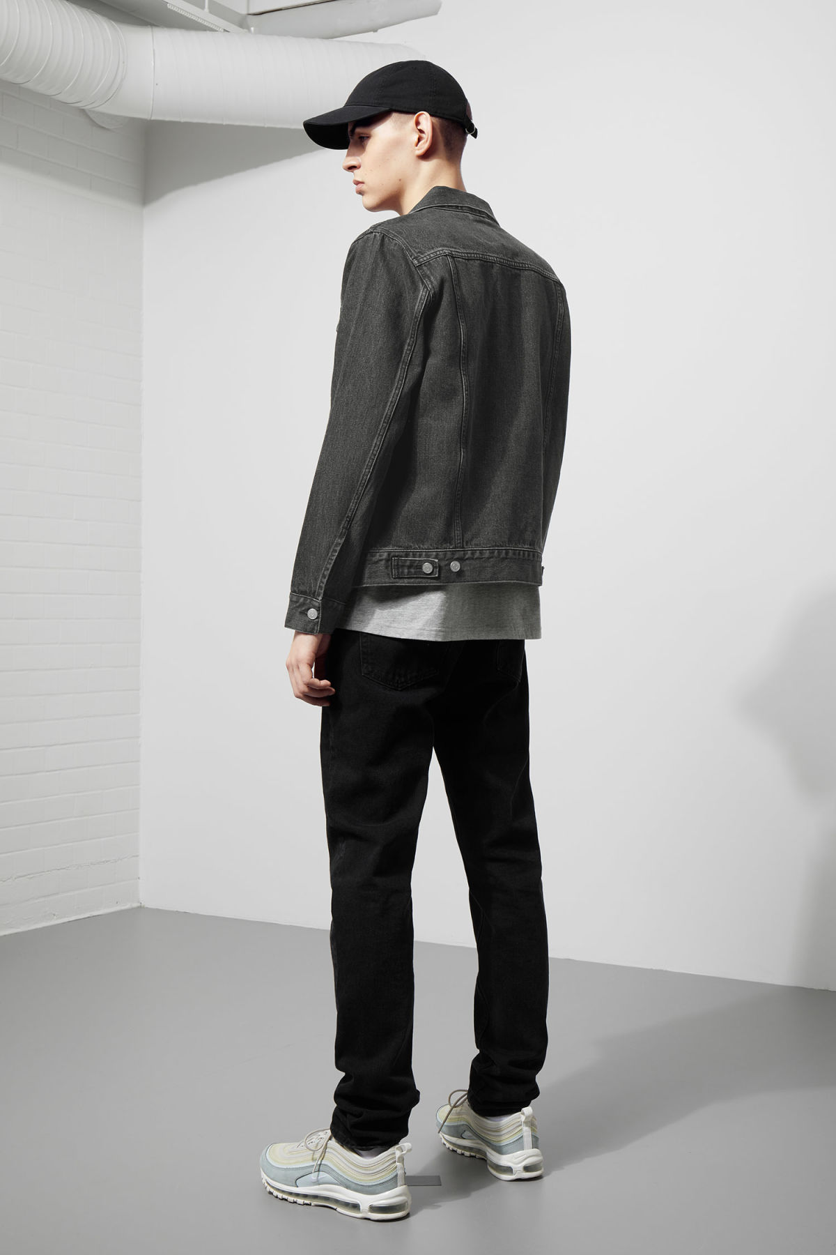 Model back image of Weekday single free black jacket  in grey