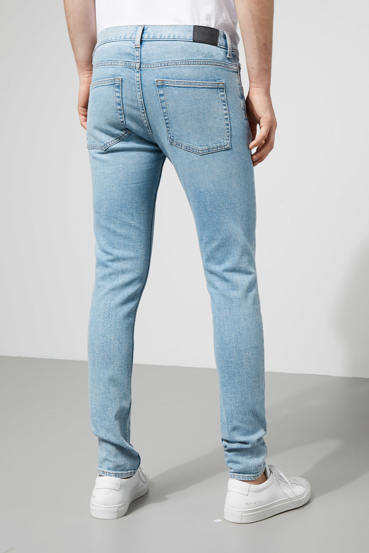 Model back image of Weekday form ratio blue jeans in blue