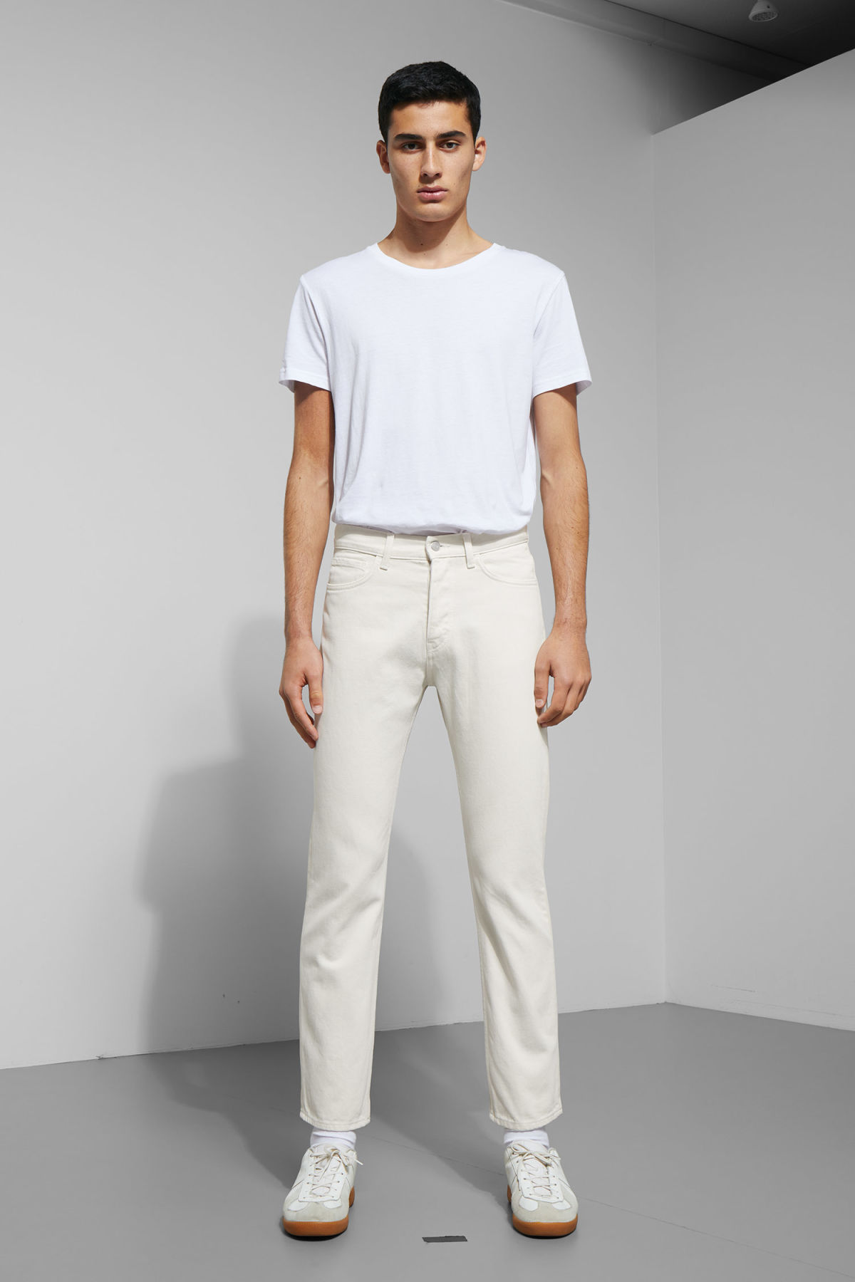 Model front image of Weekday vacant two-toned jeans in white