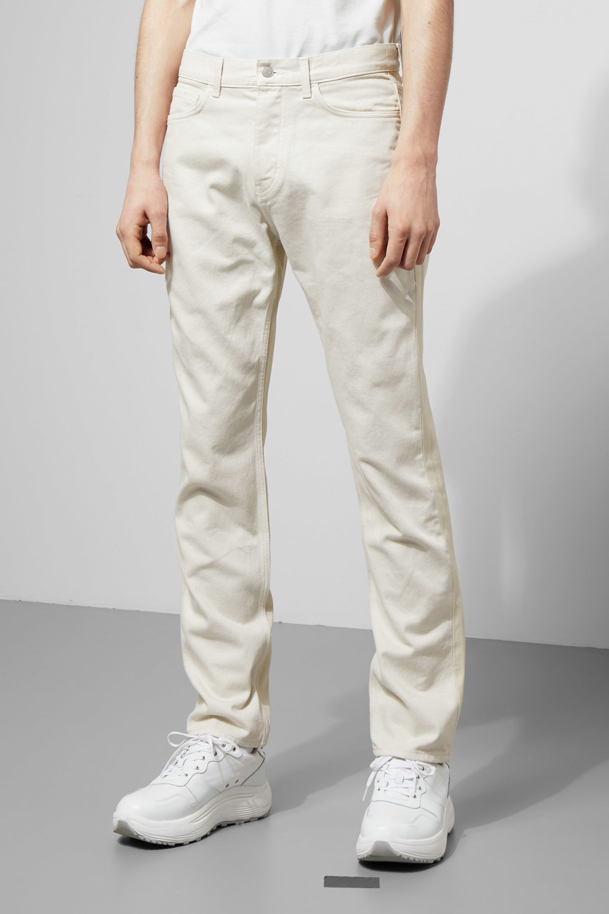 Model back image of Weekday vacant two-toned jeans in white