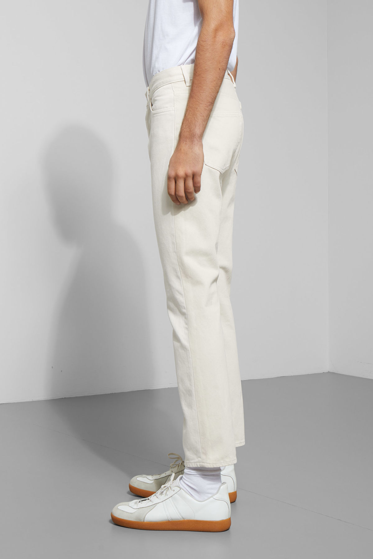 Model side image of Weekday vacant two-toned jeans in white