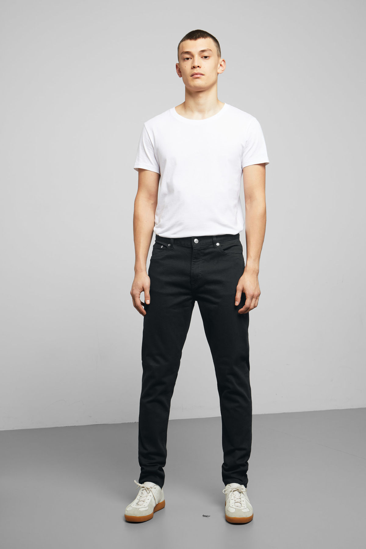 Model front image of Weekday cone stay black jeans in black