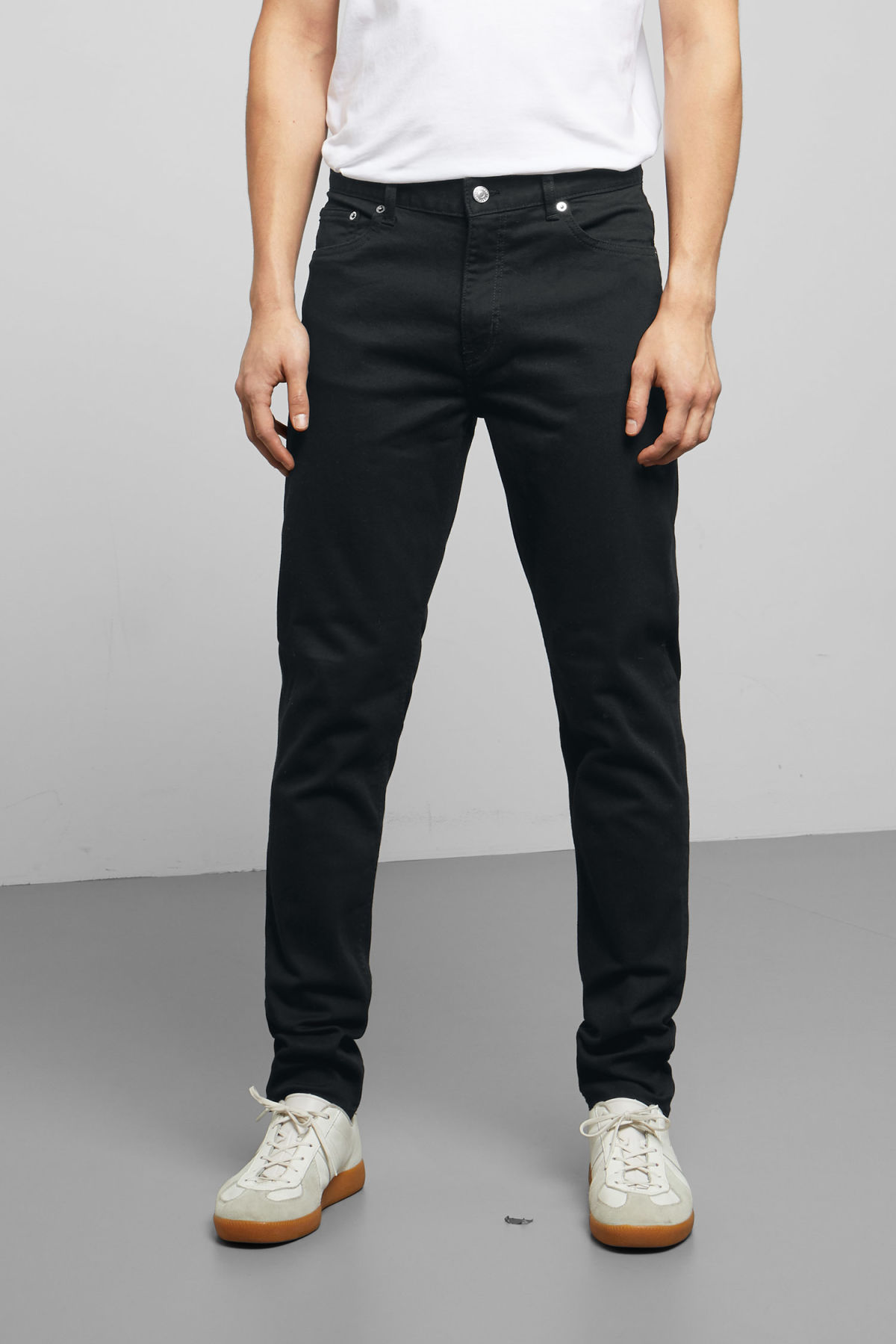Model back image of Weekday cone stay black jeans in black
