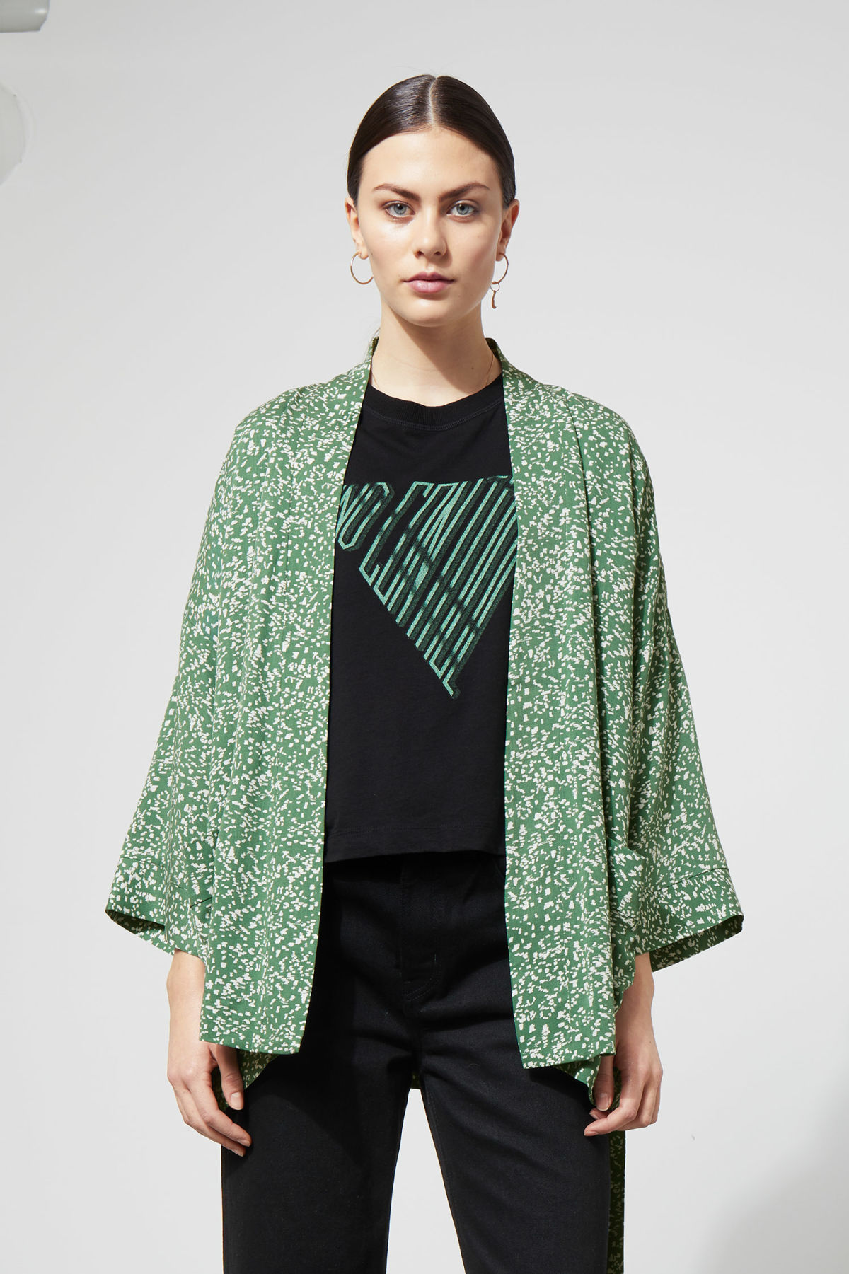 Model front image of Weekday octave kimono in green