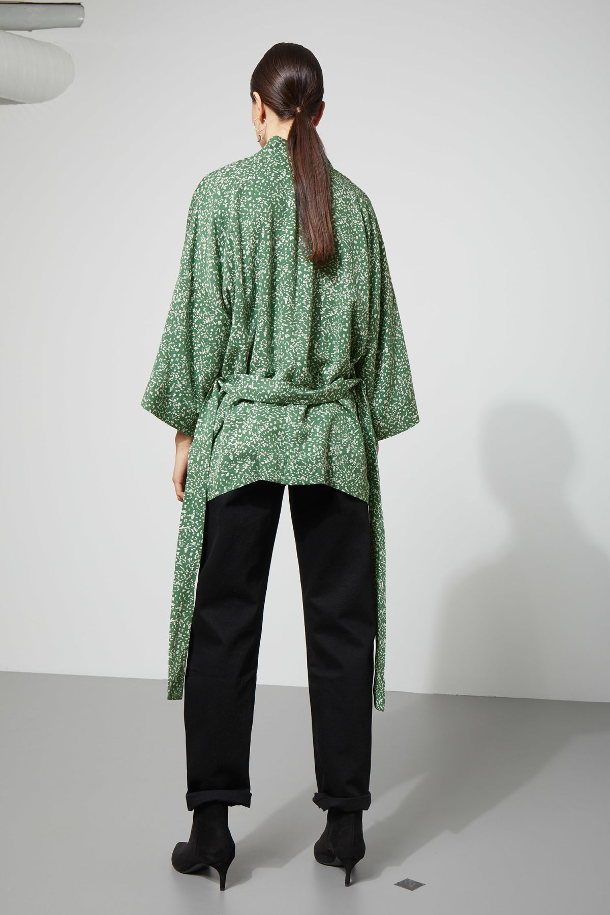 Model back image of Weekday octave kimono in green