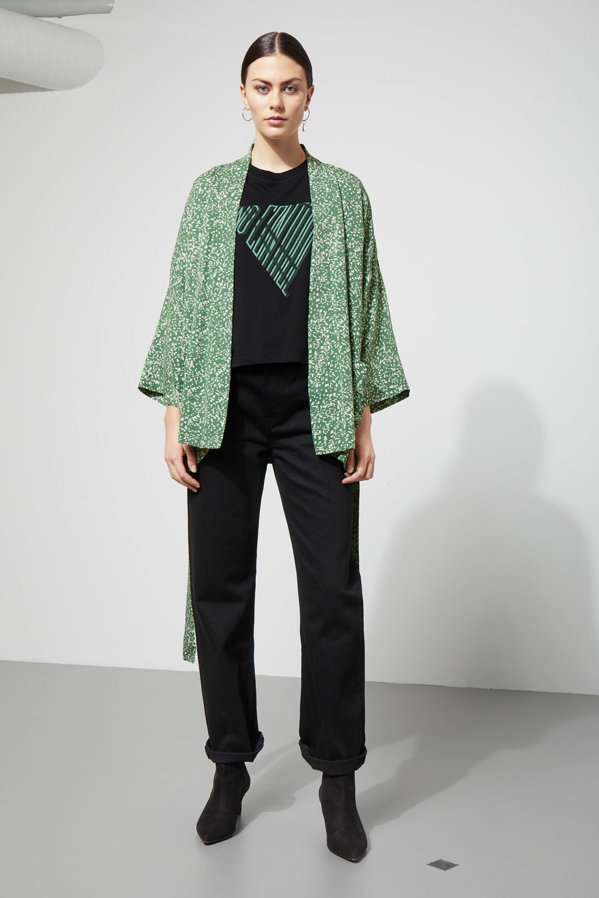 Model side image of Weekday octave kimono in green