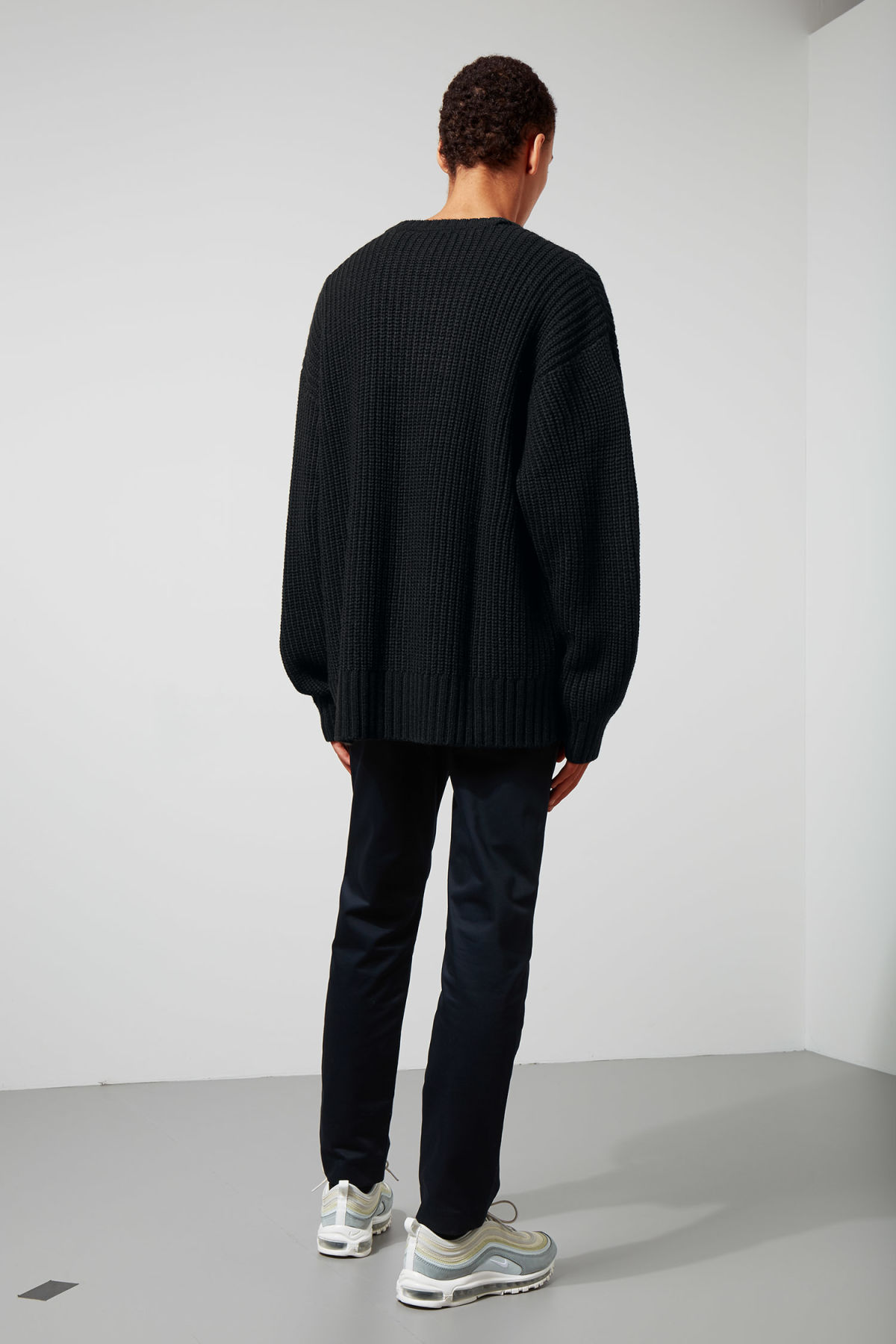 Model back image of Weekday dieago sweater in black