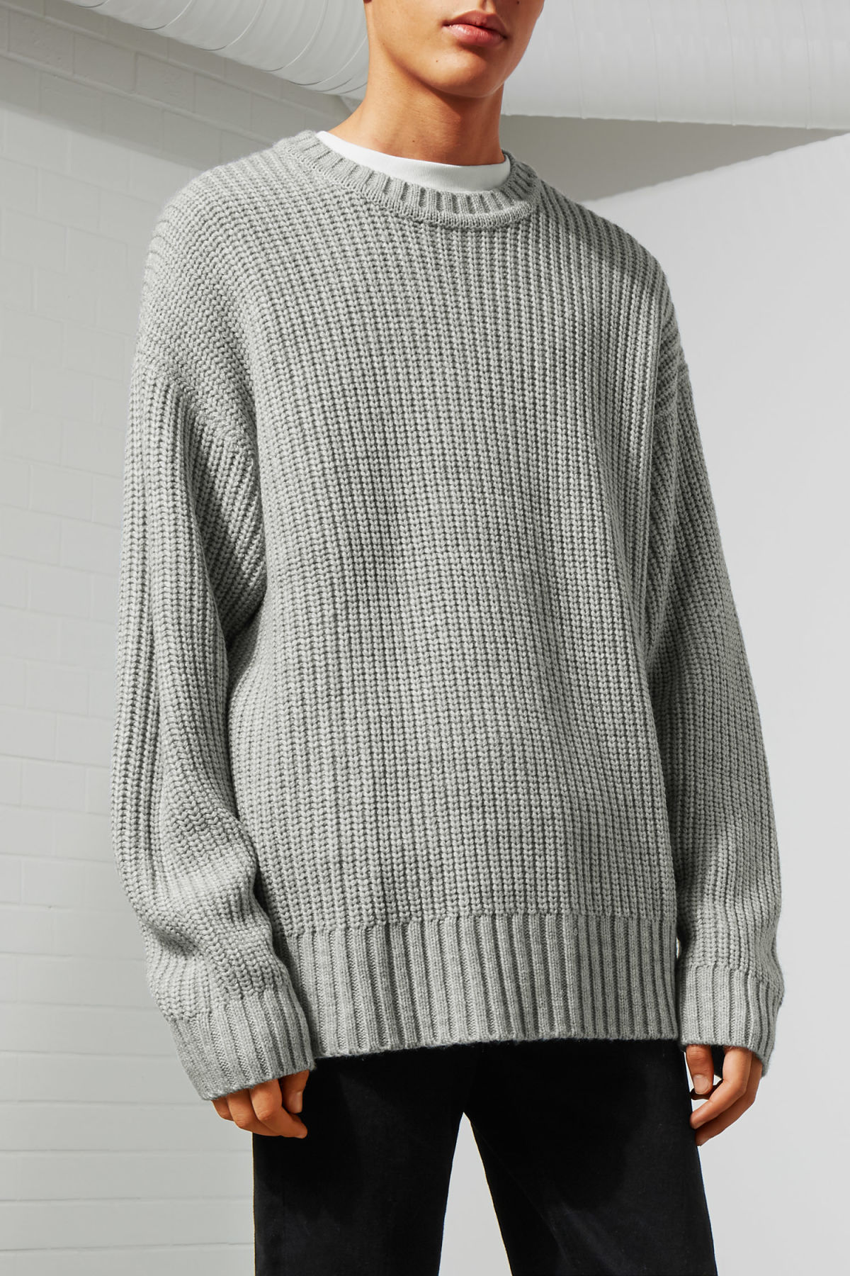 Model front image of Weekday dieago sweater in grey