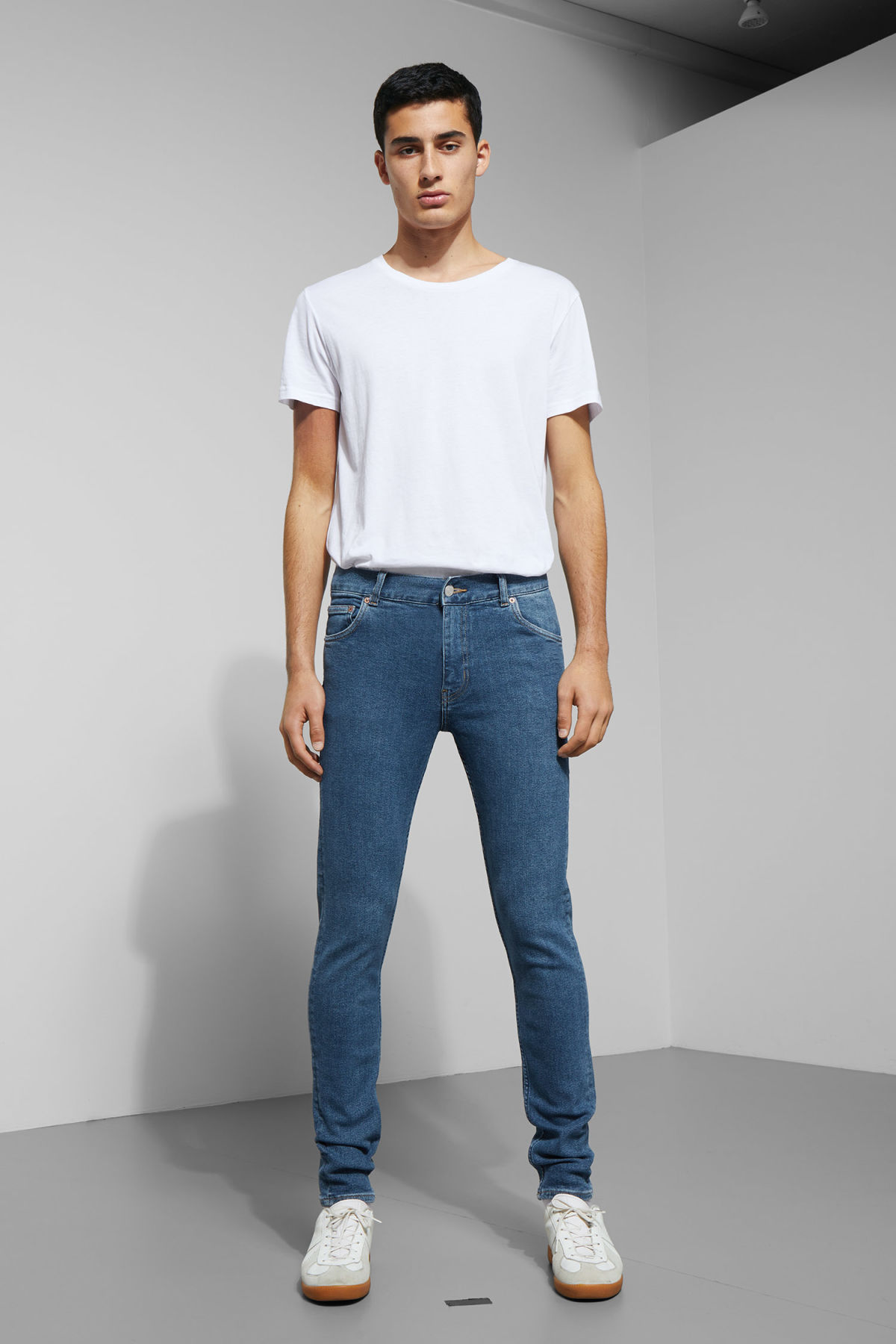 Model front image of Weekday form powell blue jeans in blue