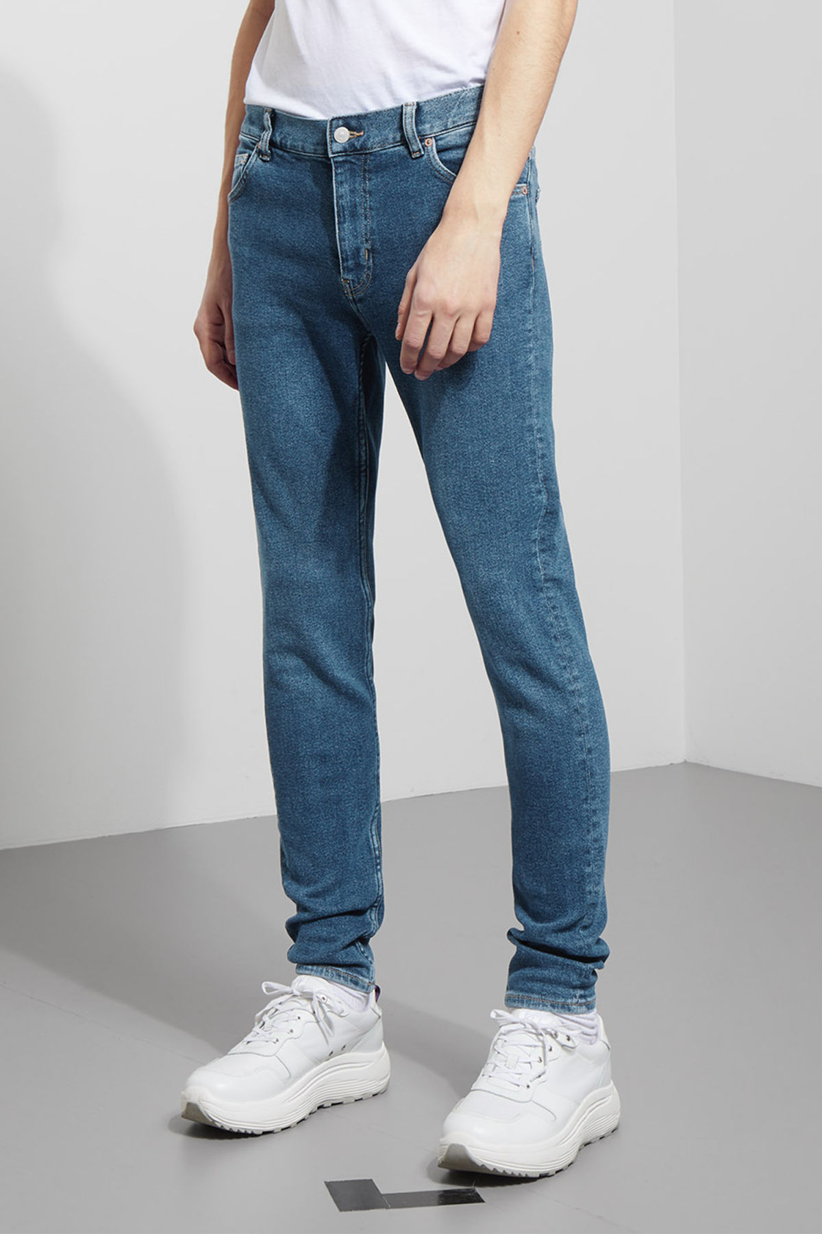 Model back image of Weekday form powell blue jeans in blue