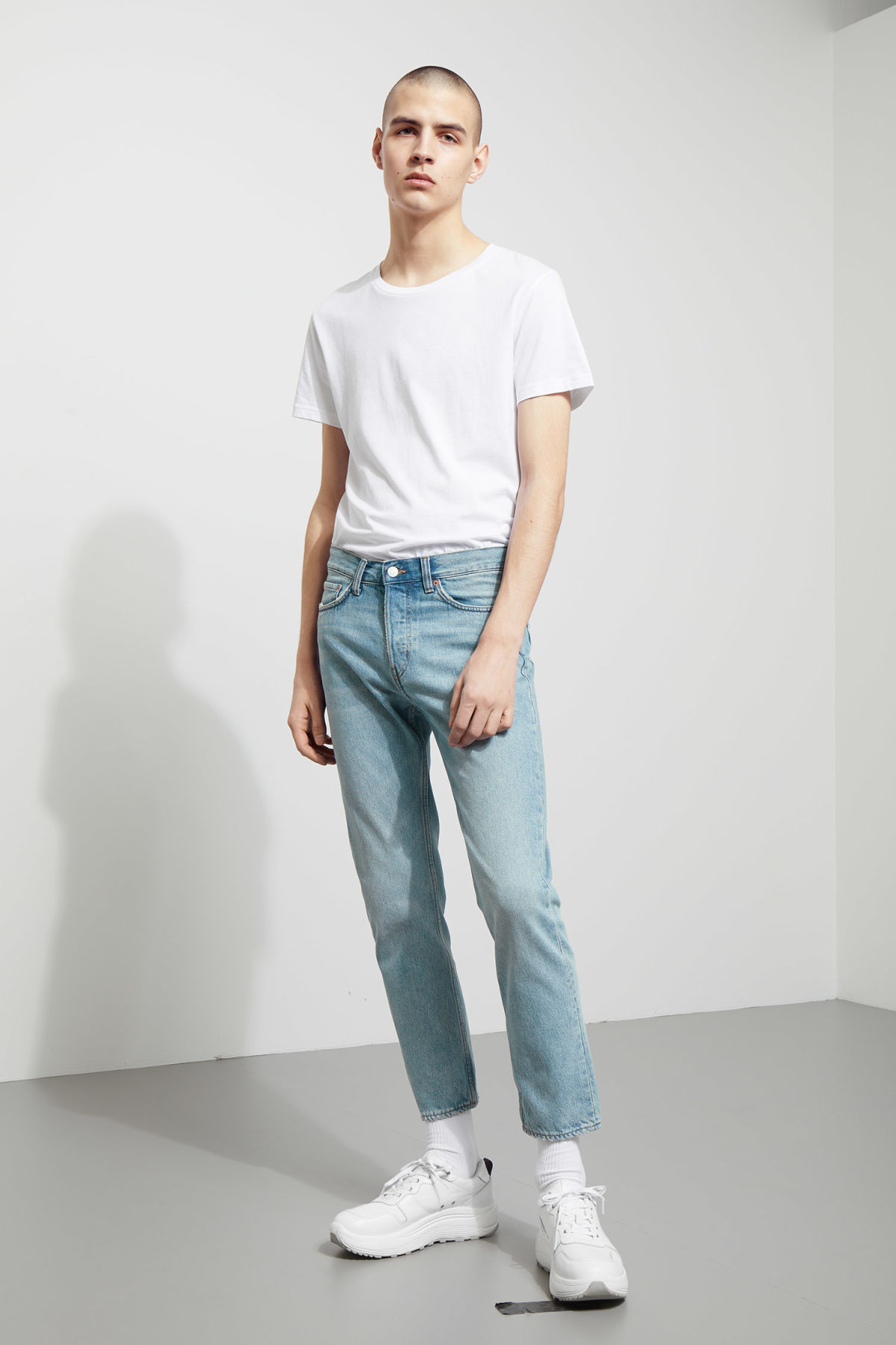 Model front image of Weekday vacant cropped spring blue jeans in blue