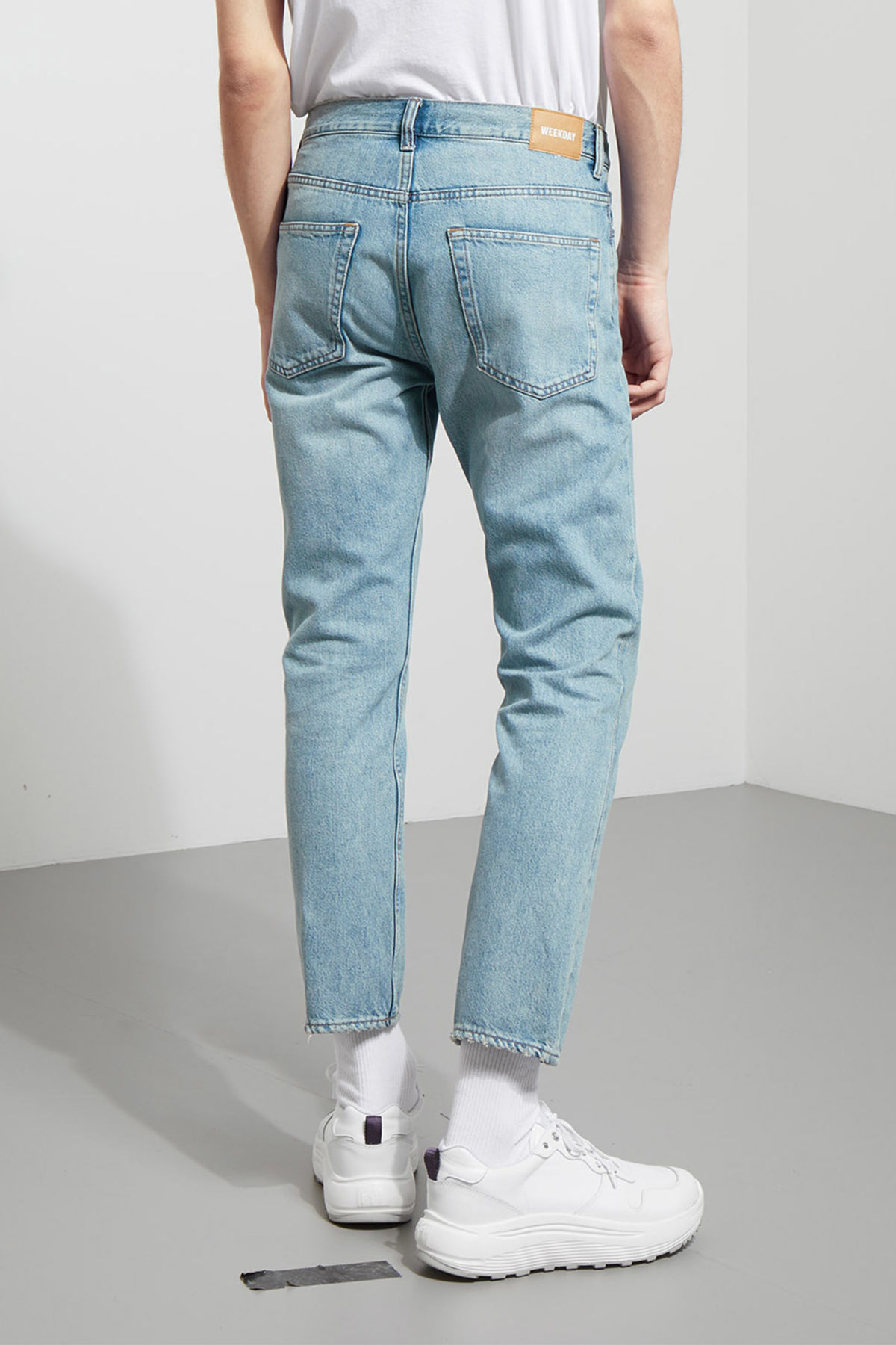 Model side image of Weekday vacant cropped spring blue jeans in blue