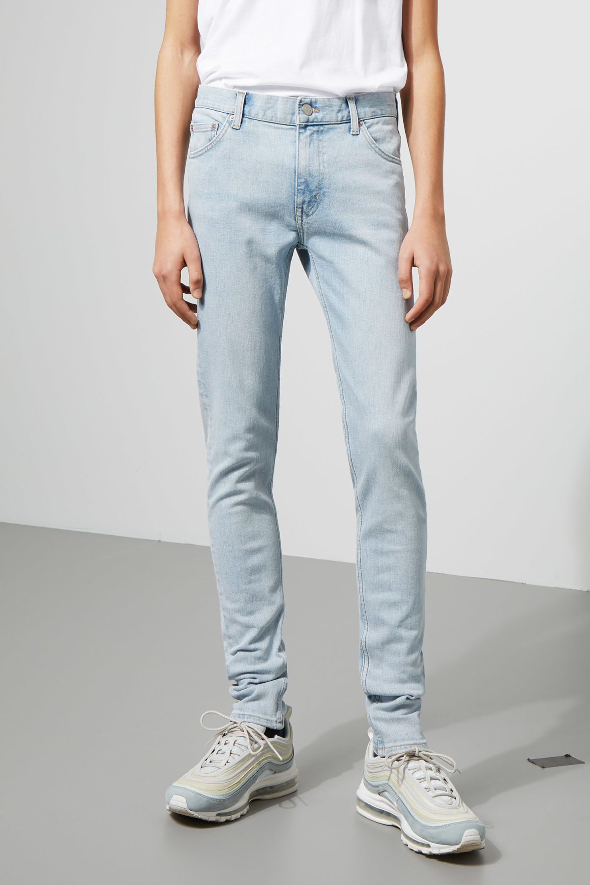 Model front image of Weekday form loved blue jeans in blue