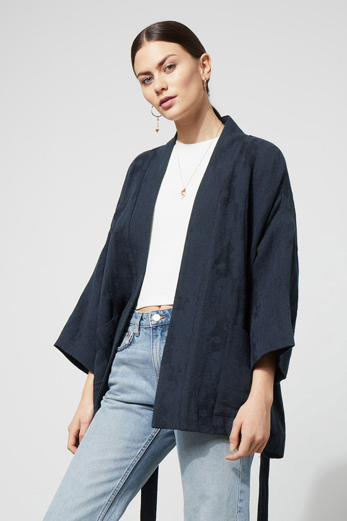 Model front image of Weekday octave jaquard kimono in blue
