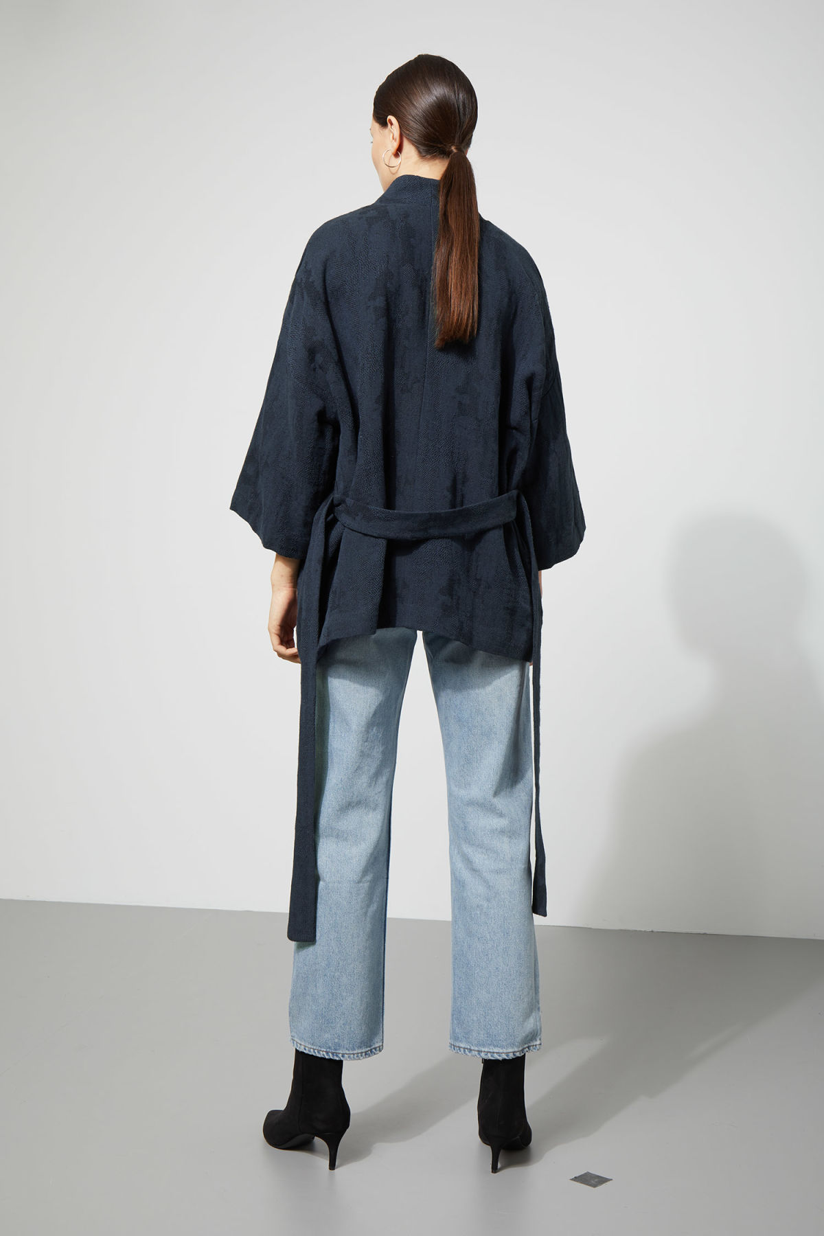 Model side image of Weekday octave jaquard kimono in blue