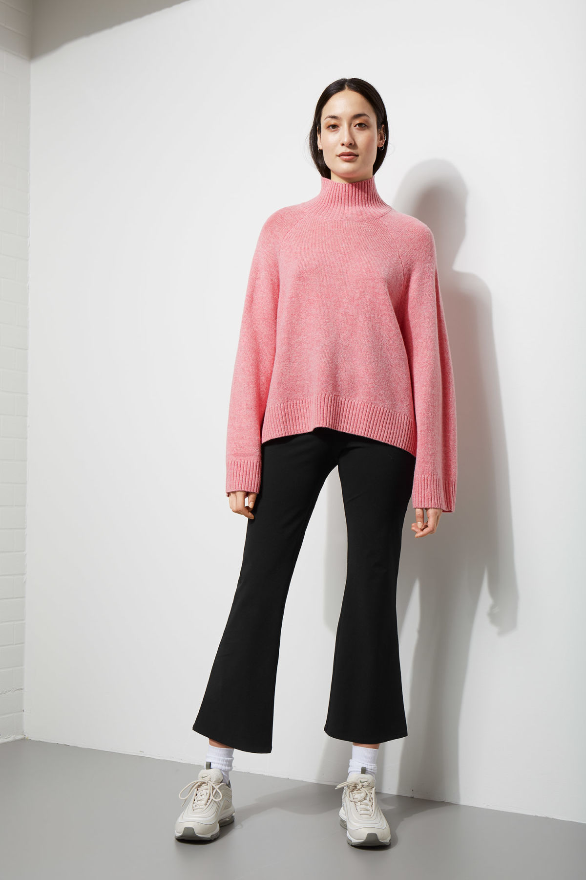 Model back image of Weekday avant sweater in pink