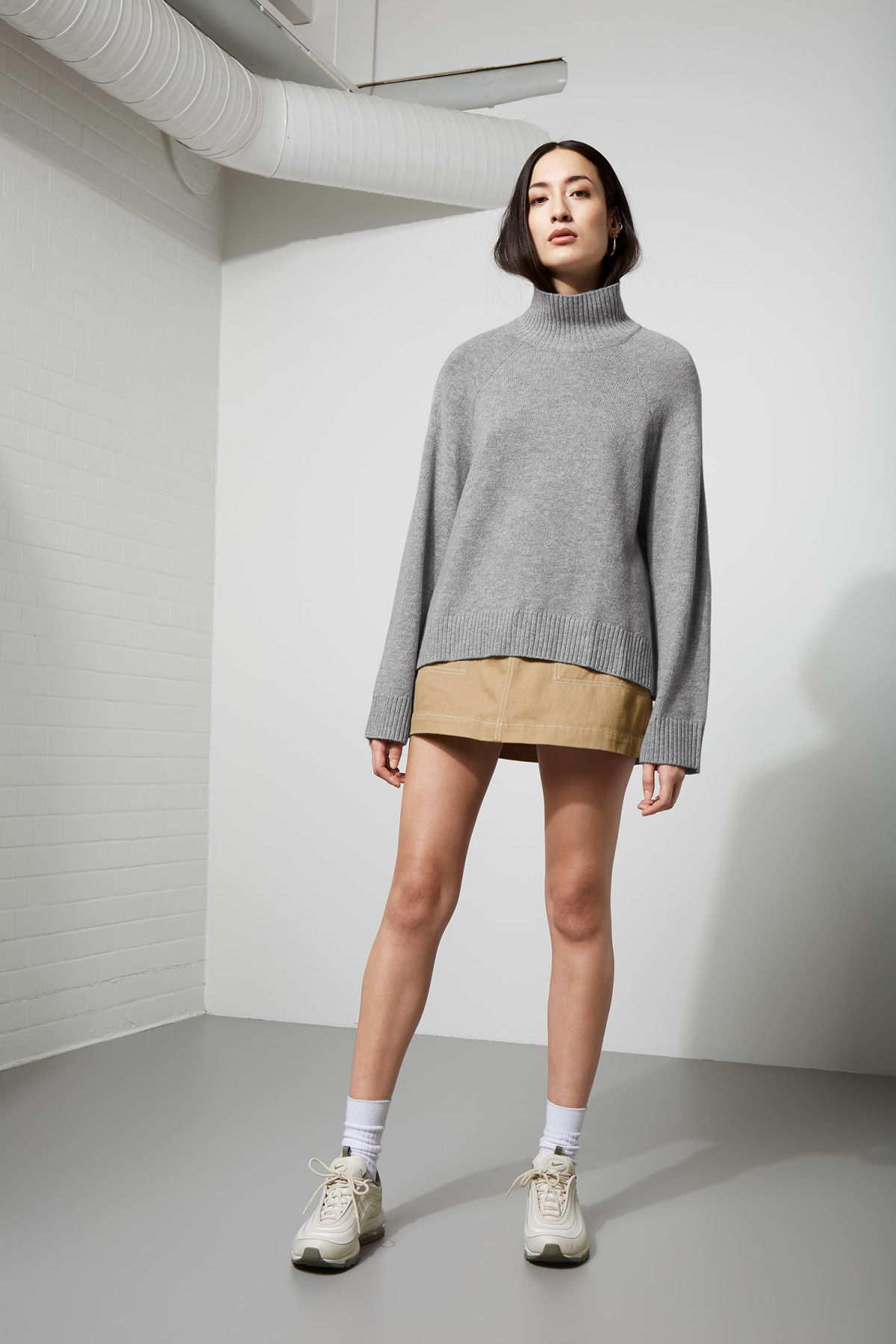 Model back image of Weekday avant sweater in grey