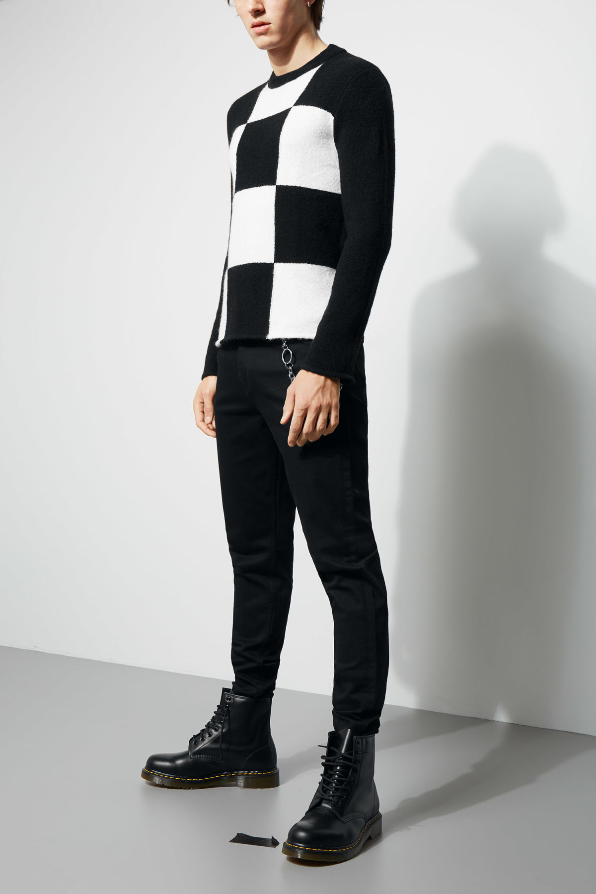 Model front image of Weekday swift checked sweater  in black