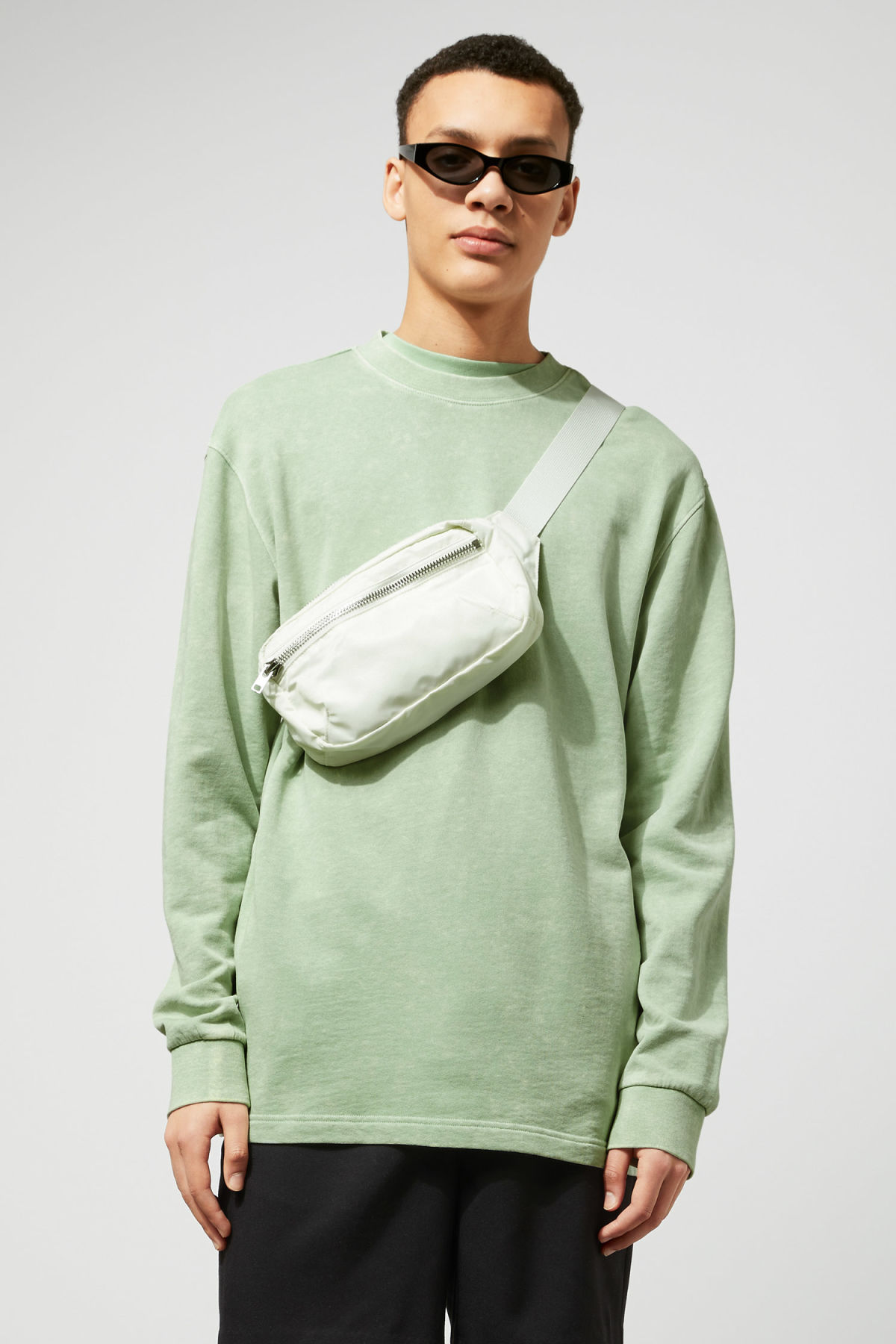 Model front image of Weekday radical washed sweatshirt in green
