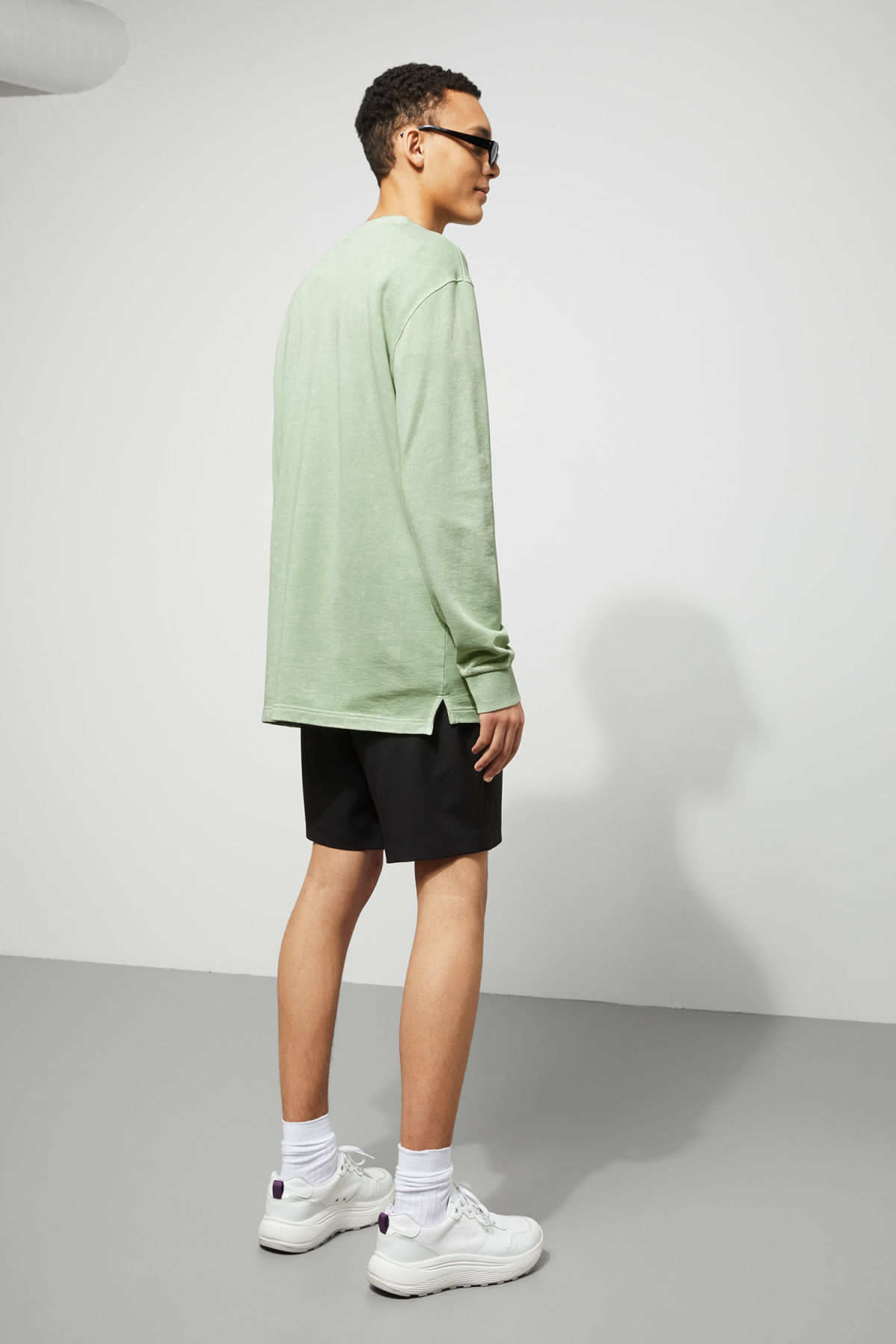 Model back image of Weekday radical washed sweatshirt in green