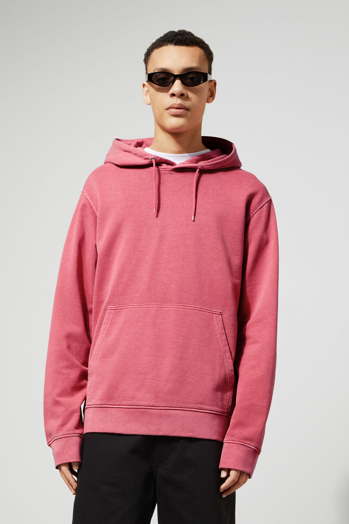 Model front image of Weekday hawk washed hoodie in pink