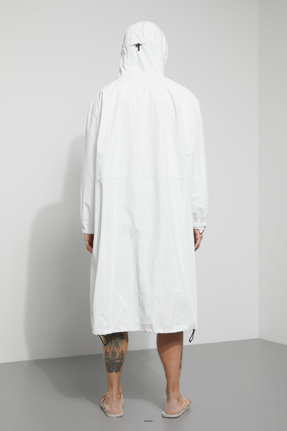 Model back image of Weekday accord parka in white