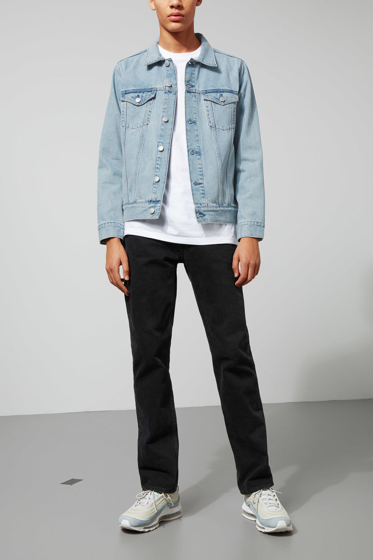 Model front image of Weekday single jacket spring blue in blue
