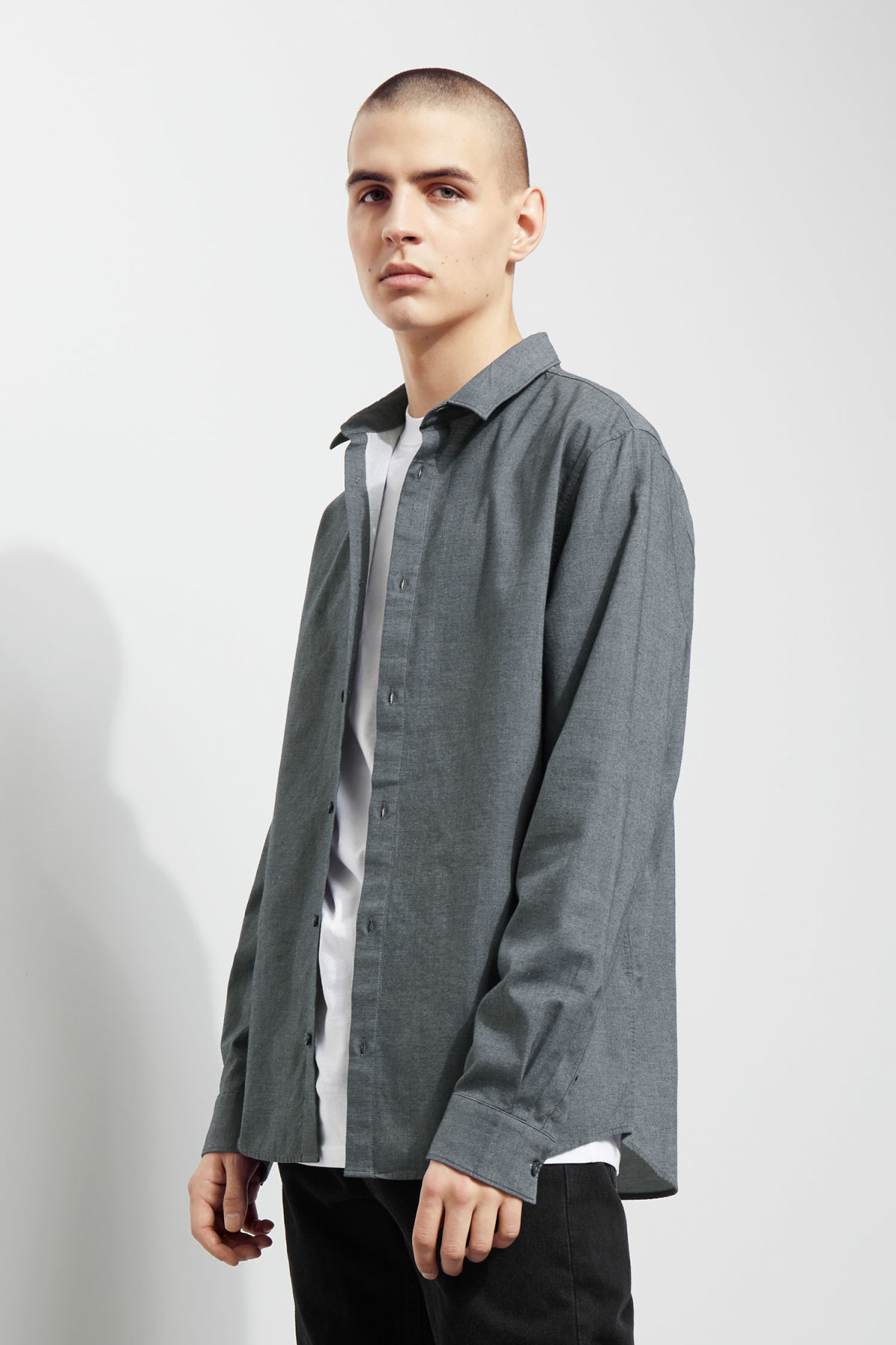 Model front image of Weekday pablo shirt in blue