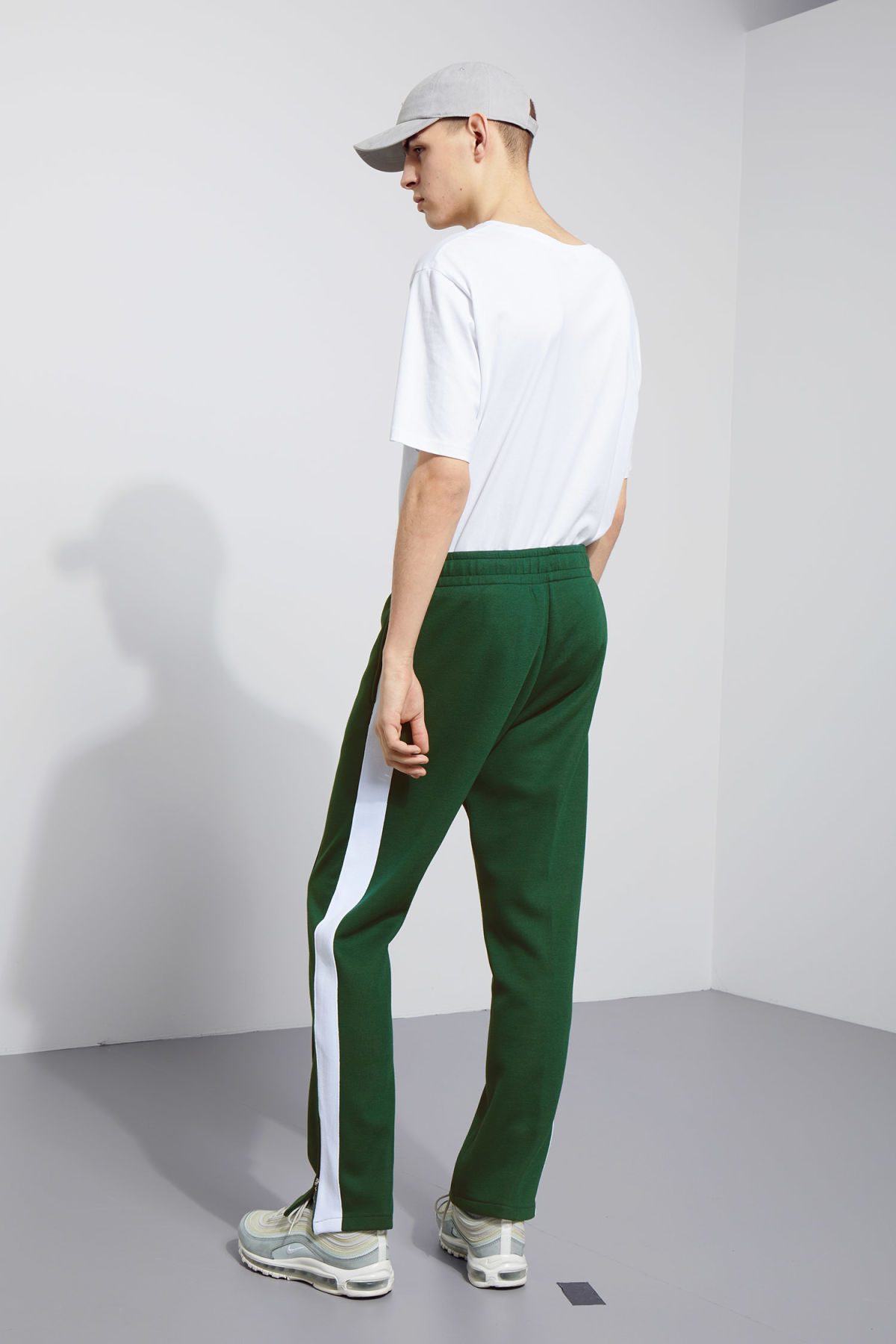 Model back image of Weekday local sweatpants in green
