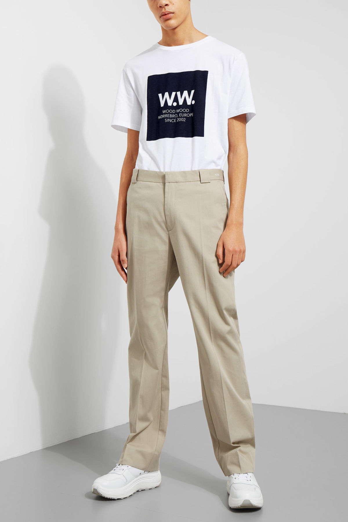 Model front image of Weekday alwin trousers in beige