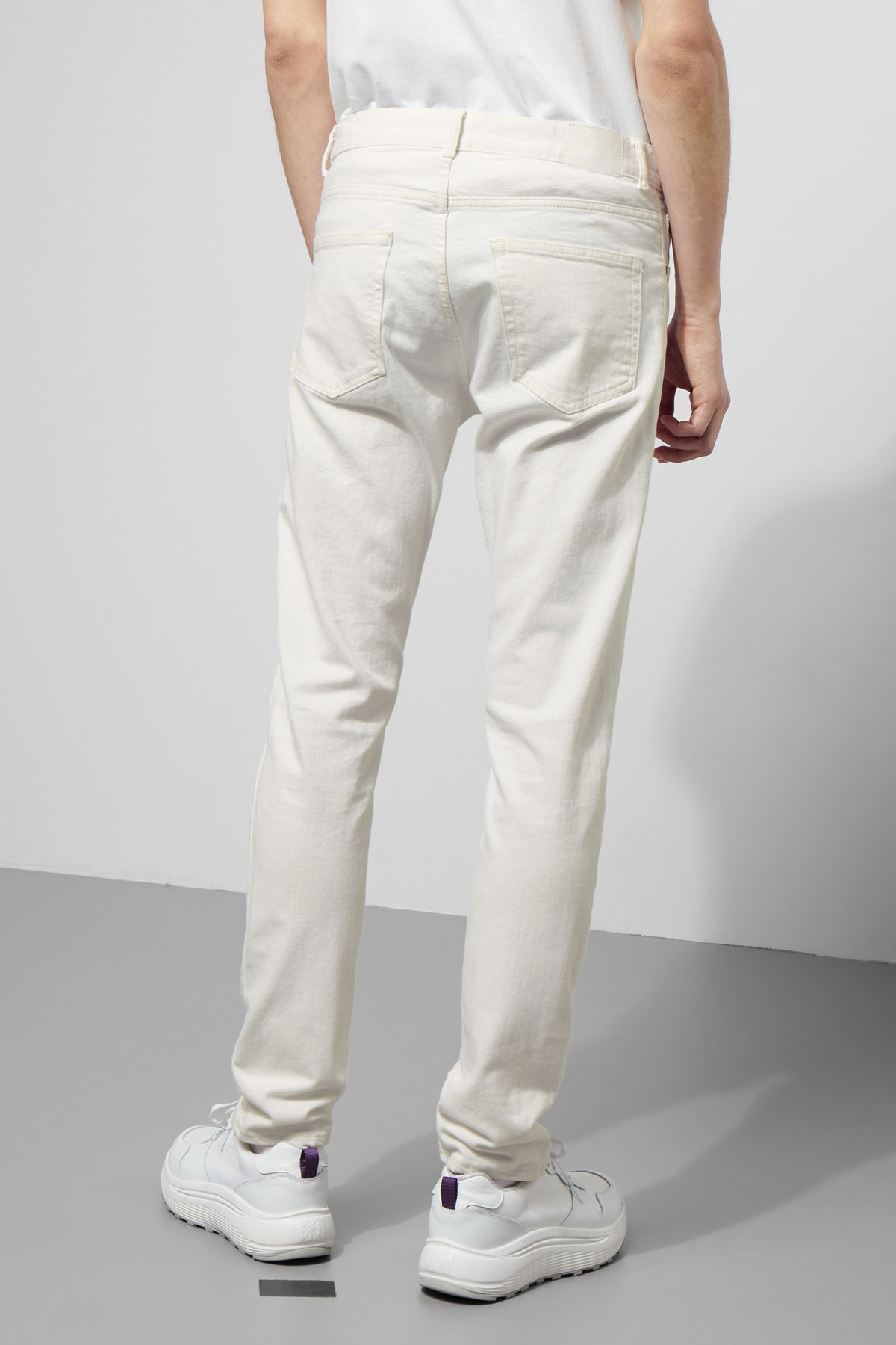 Model side image of Weekday sunday white jeans in white