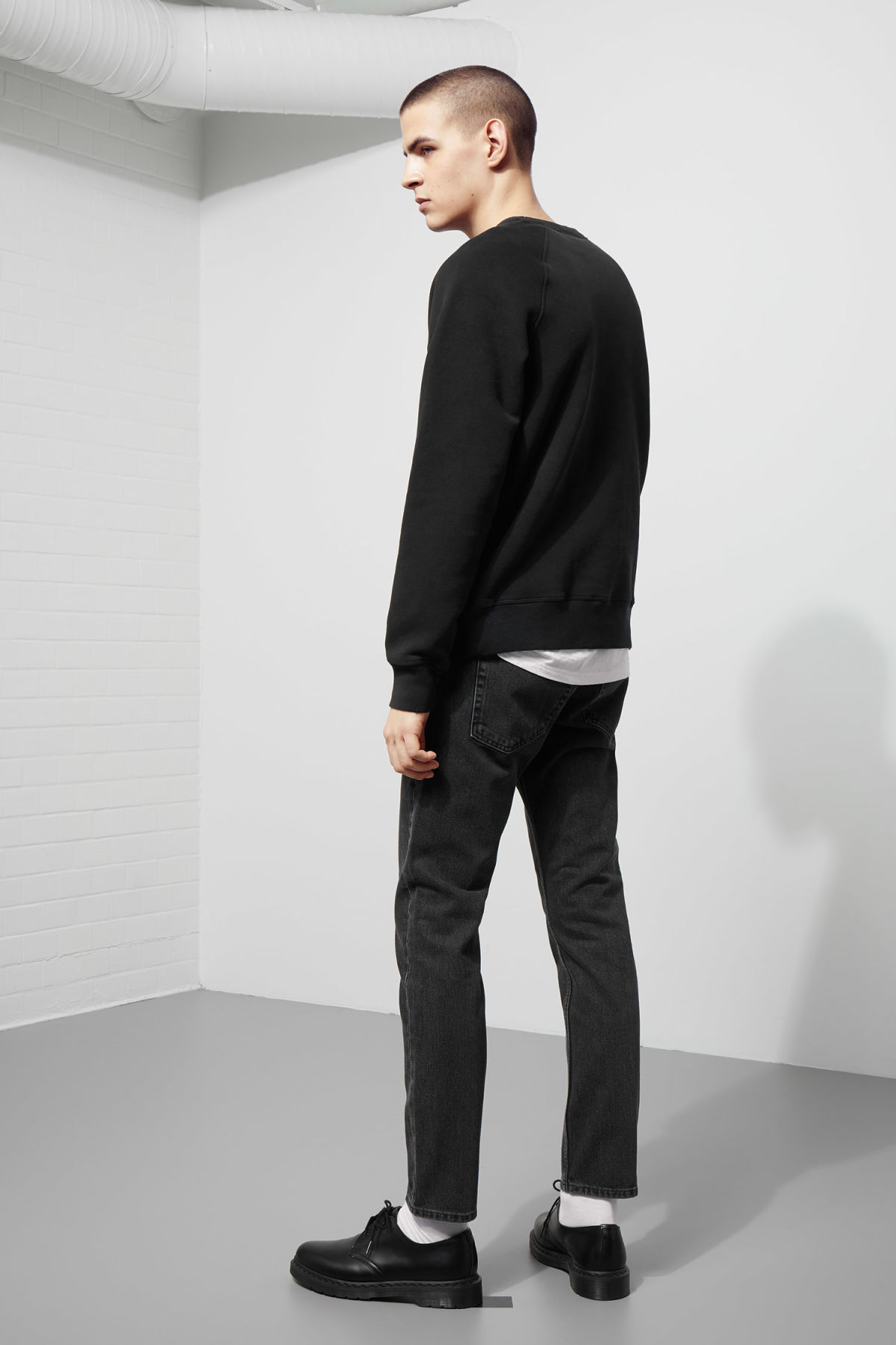 Model back image of Weekday jaxon worn sweatshirt in black
