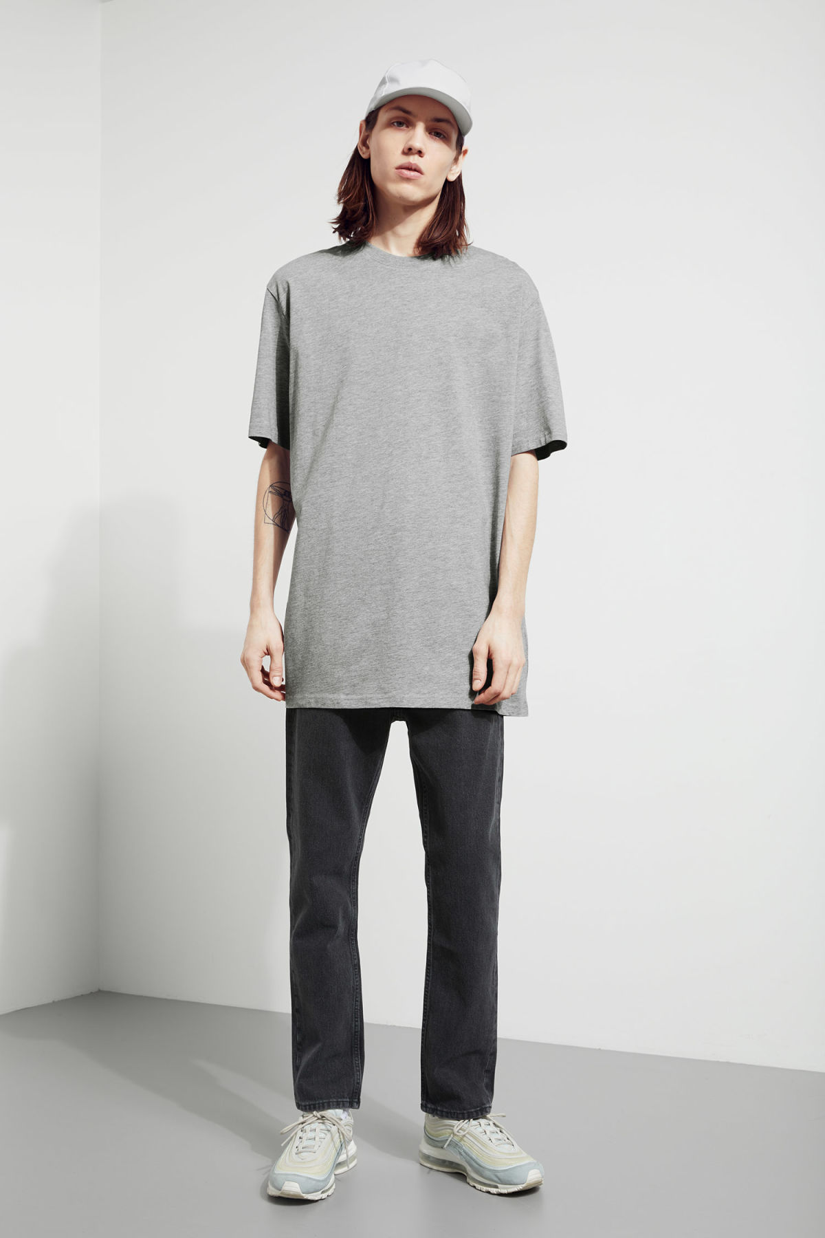 Model back image of Weekday lille long t-shirts in grey