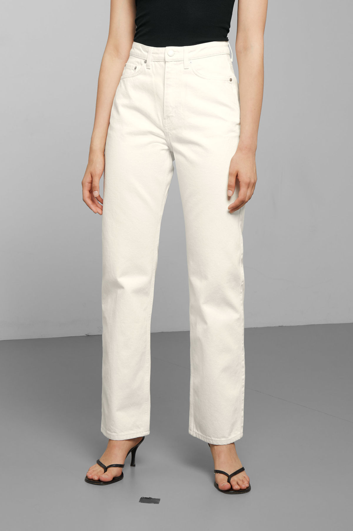 Model back image of Weekday row white jeans in white
