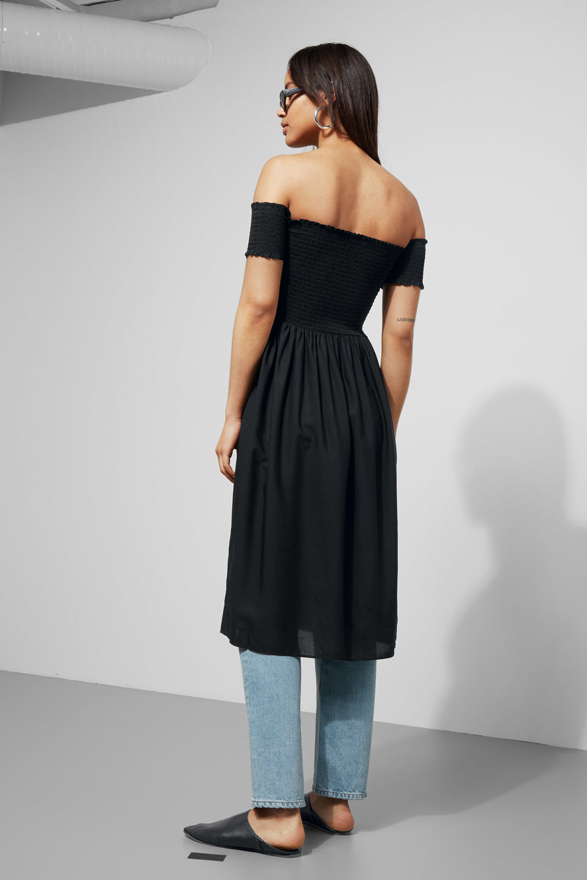 Model back image of Weekday rosin dress in black