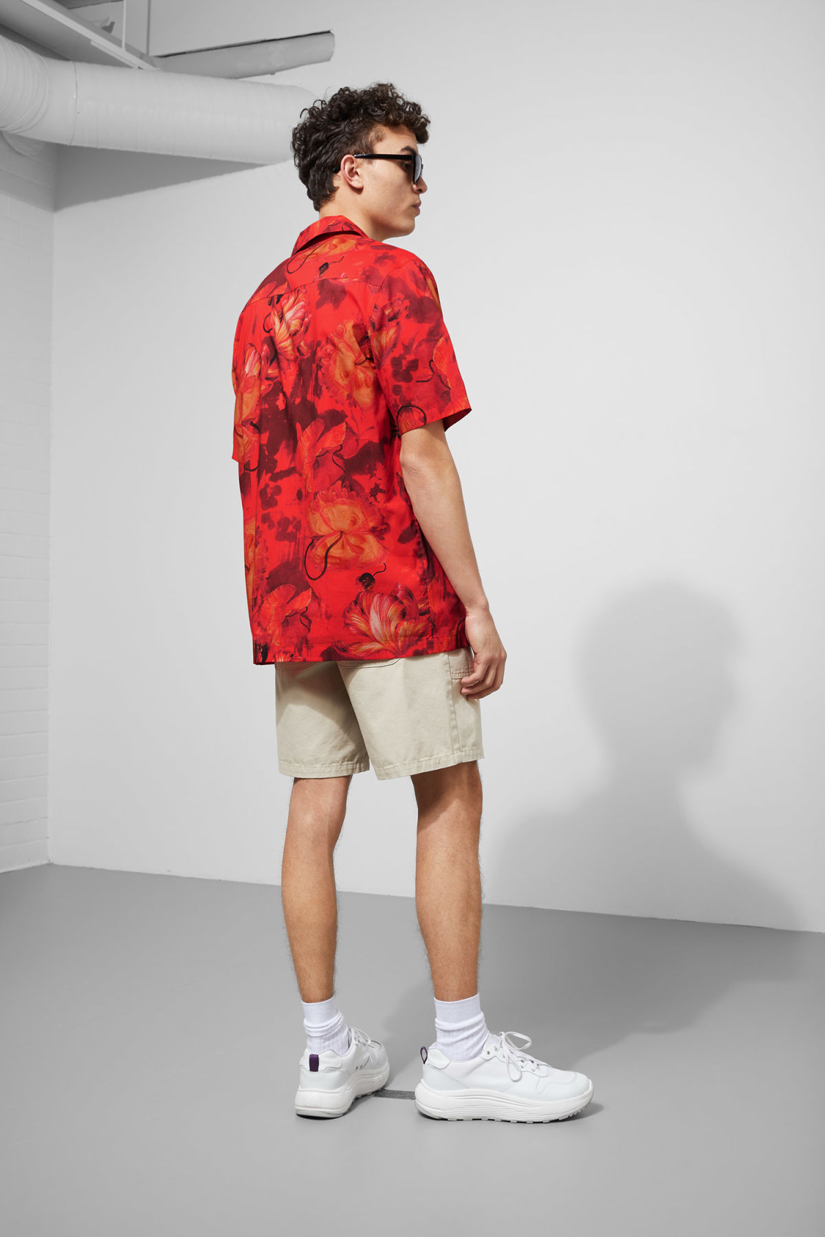 Model back image of Weekday chill hawaii shirt in red