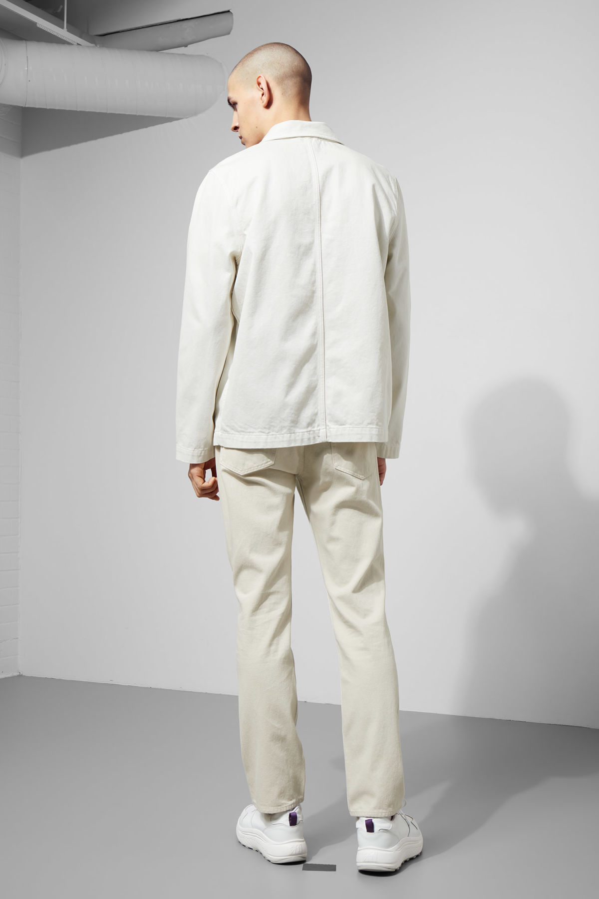 Model back image of Weekday generic two-toned jacket in white