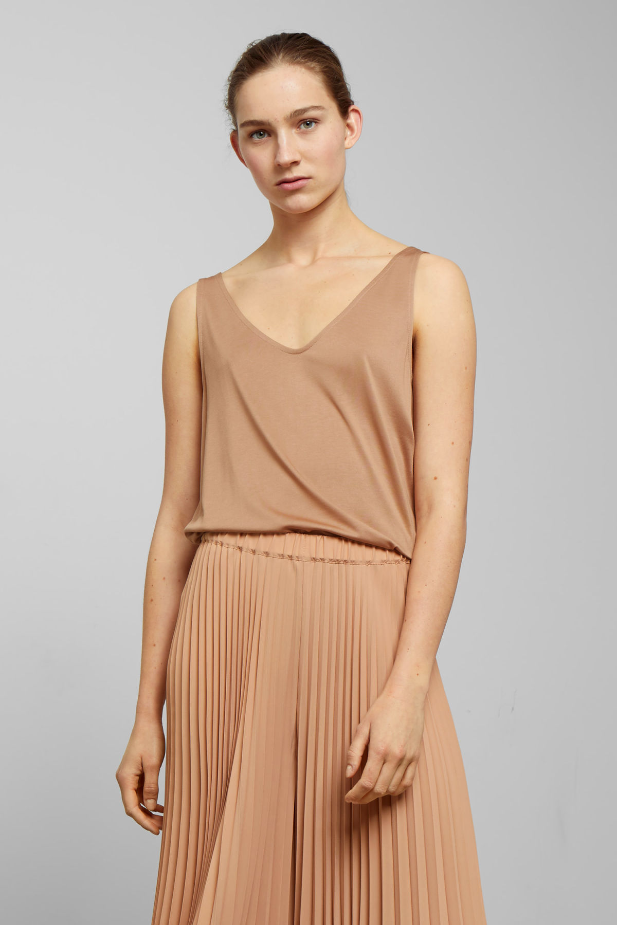 Model front image of Weekday abby tank top in beige