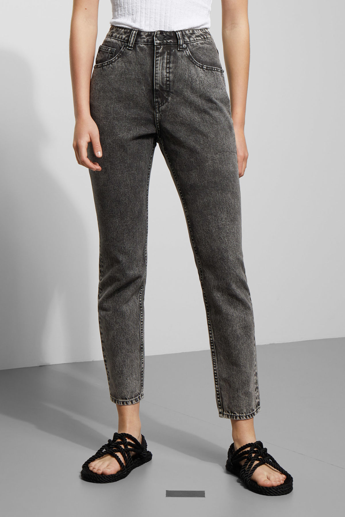 Model side image of Weekday donna black noise jeans in black