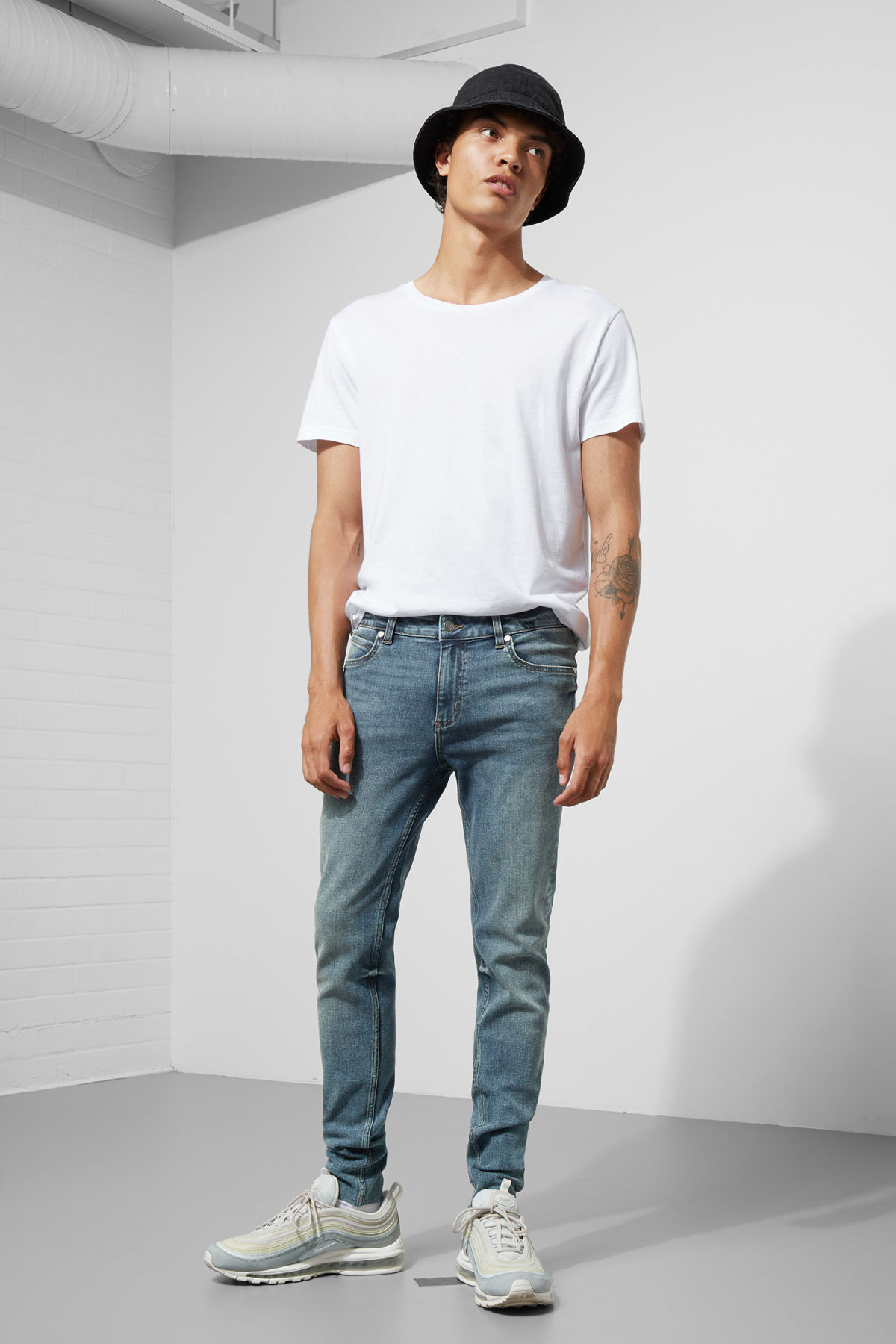 Model front image of Weekday him spray blue stain jeans in blue