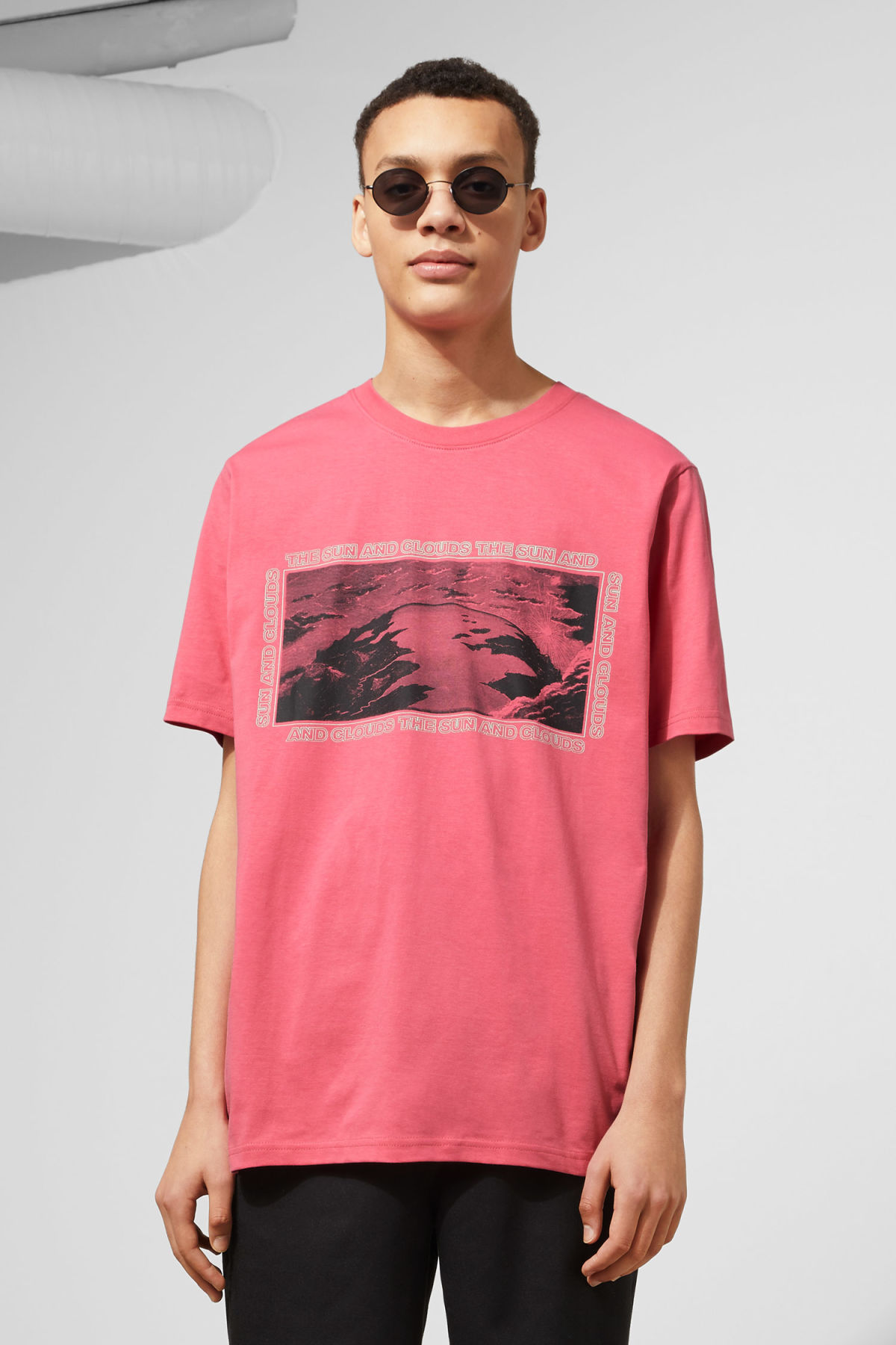 Model front image of Weekday frank sun t-shirt in pink