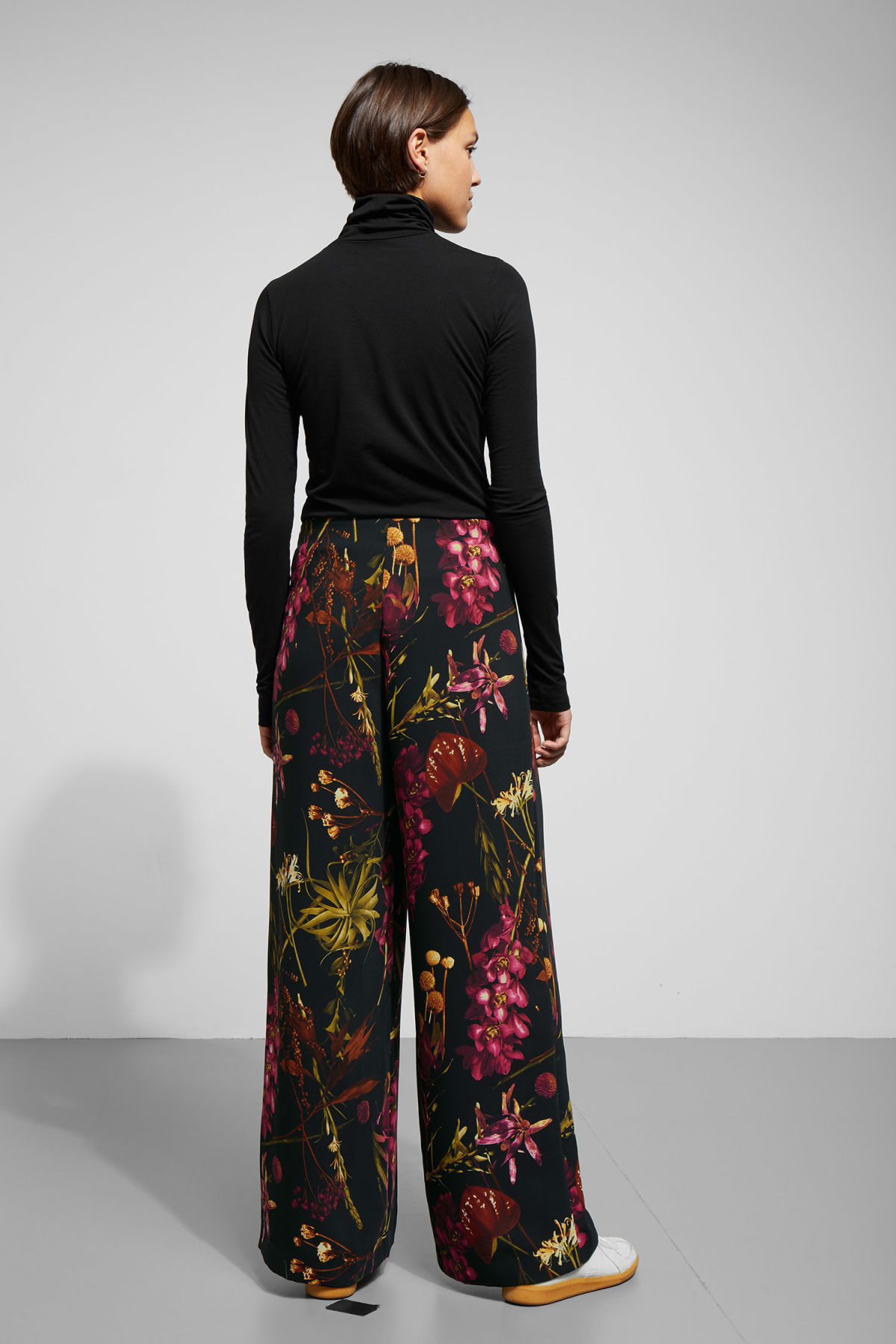 Model back image of Weekday julia print trousers  in black
