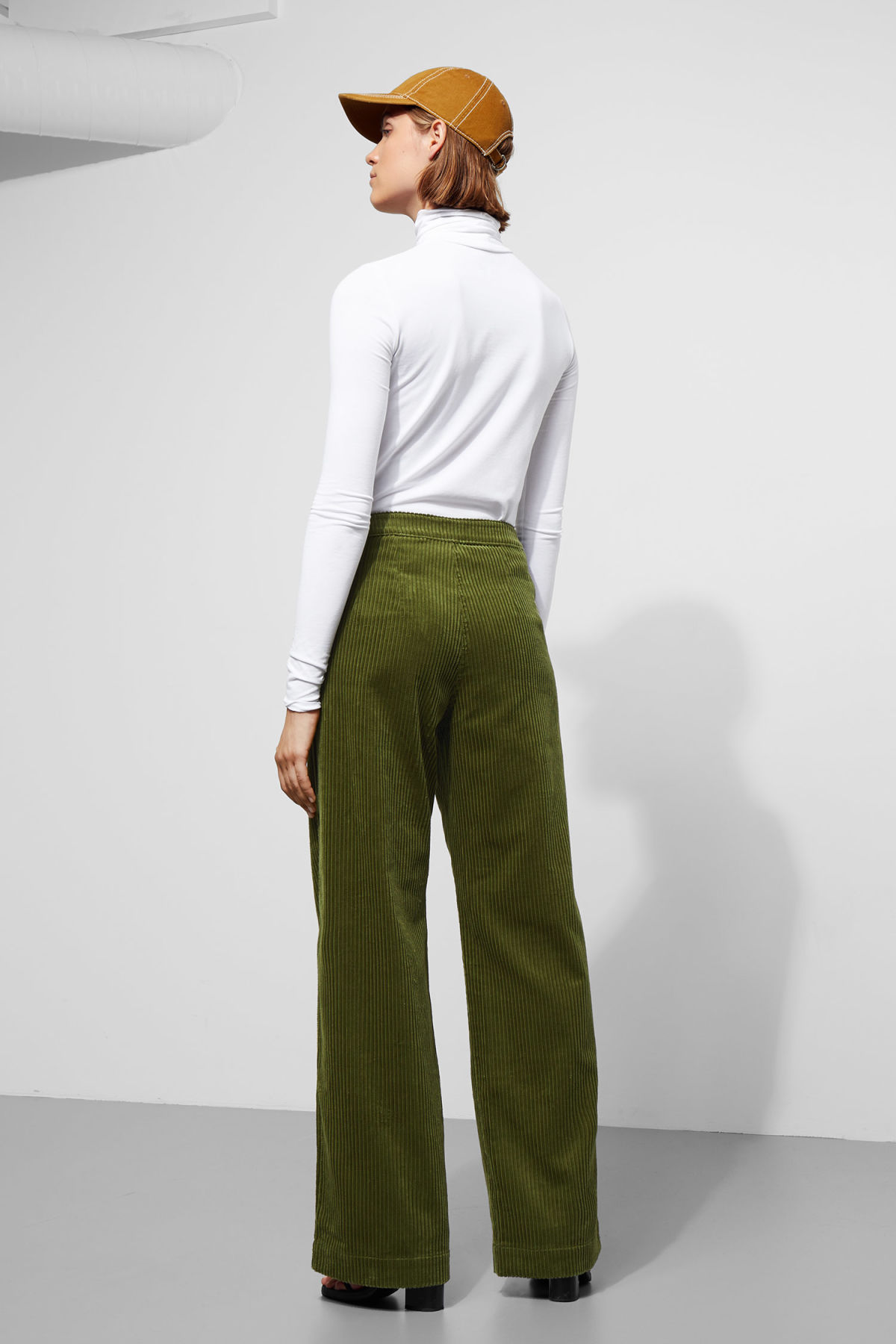 Model back image of Weekday livia trousers in green