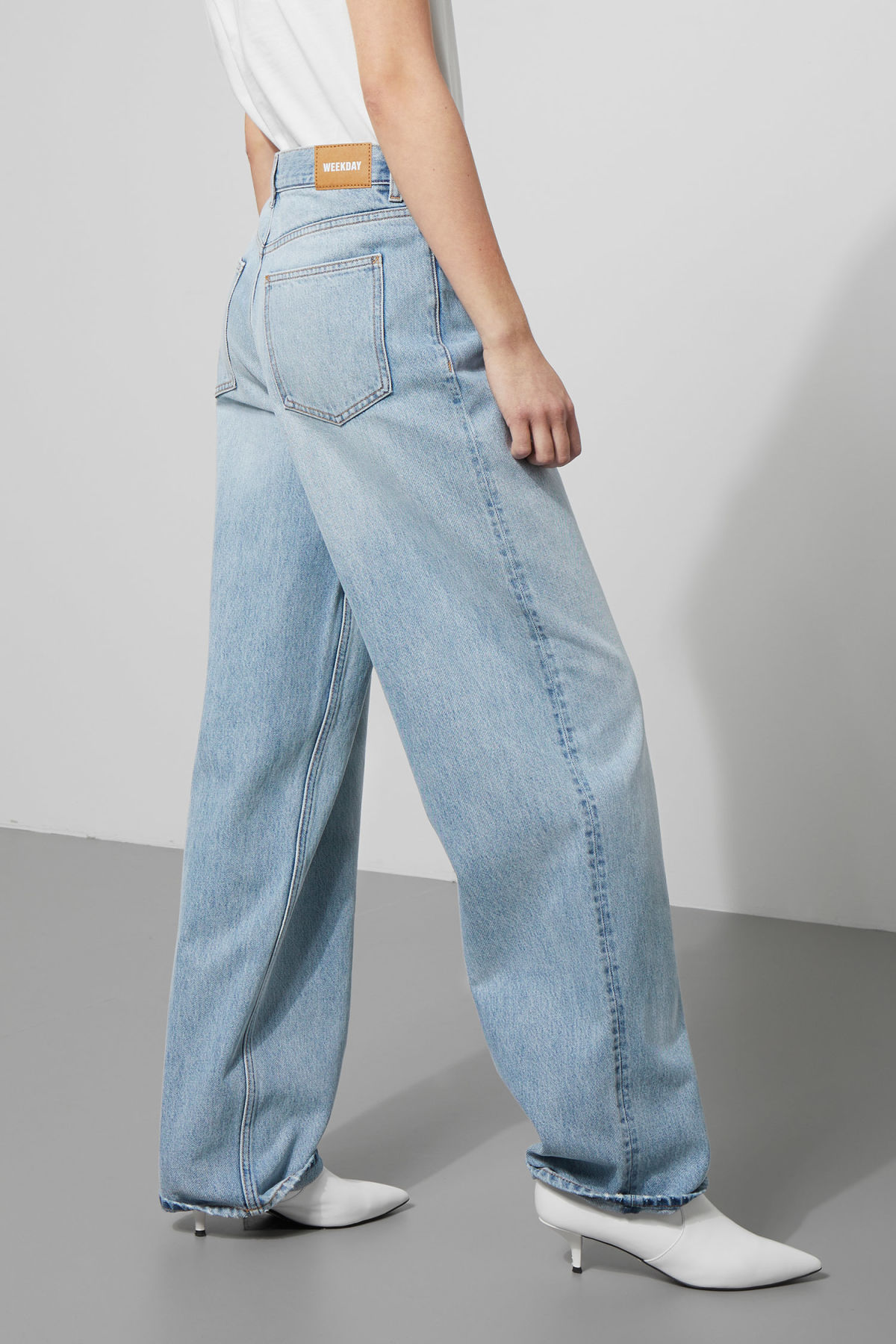 Model side image of Weekday rail miami blue jeans in blue