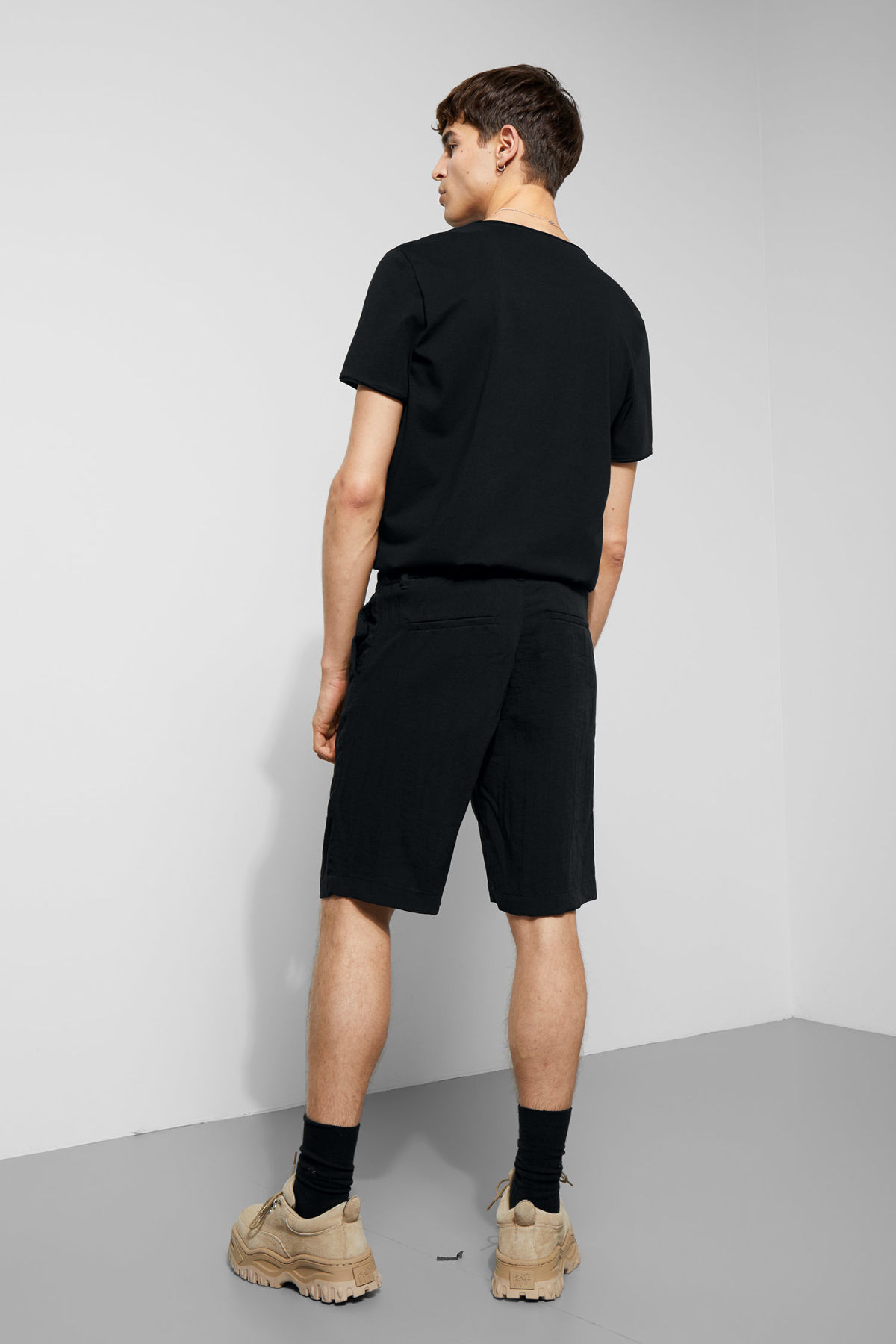 Model back image of Weekday garda shorts in black