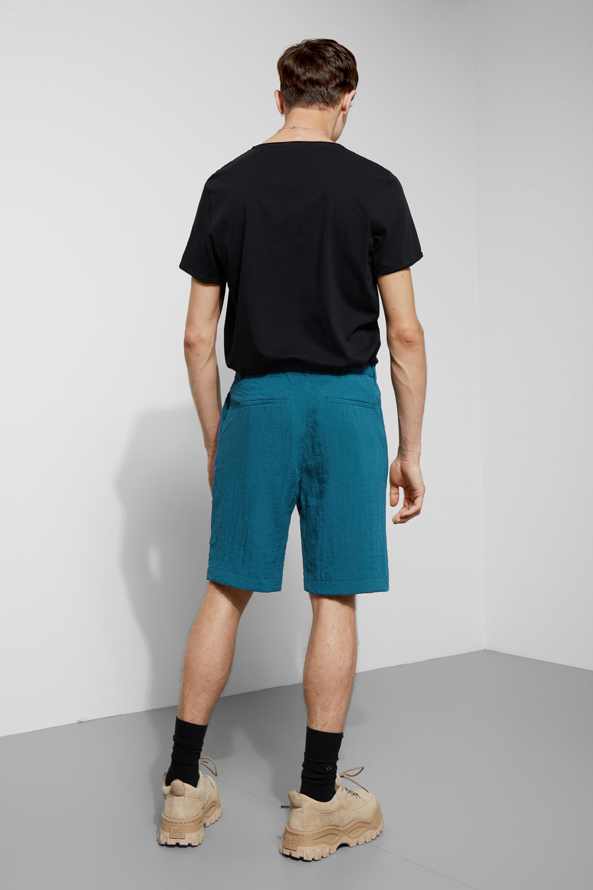 Model back image of Weekday garda shorts in blue
