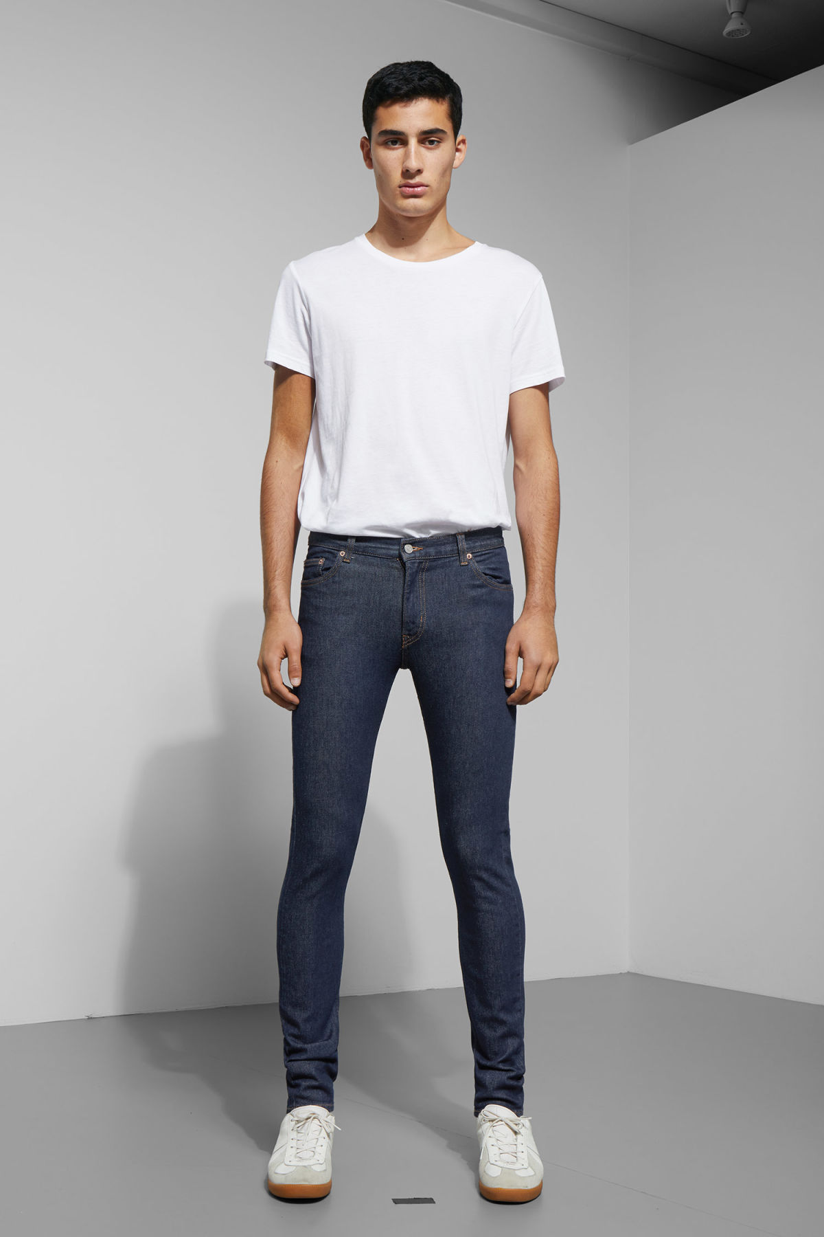 Model front image of Weekday form rinsed jeans in blue