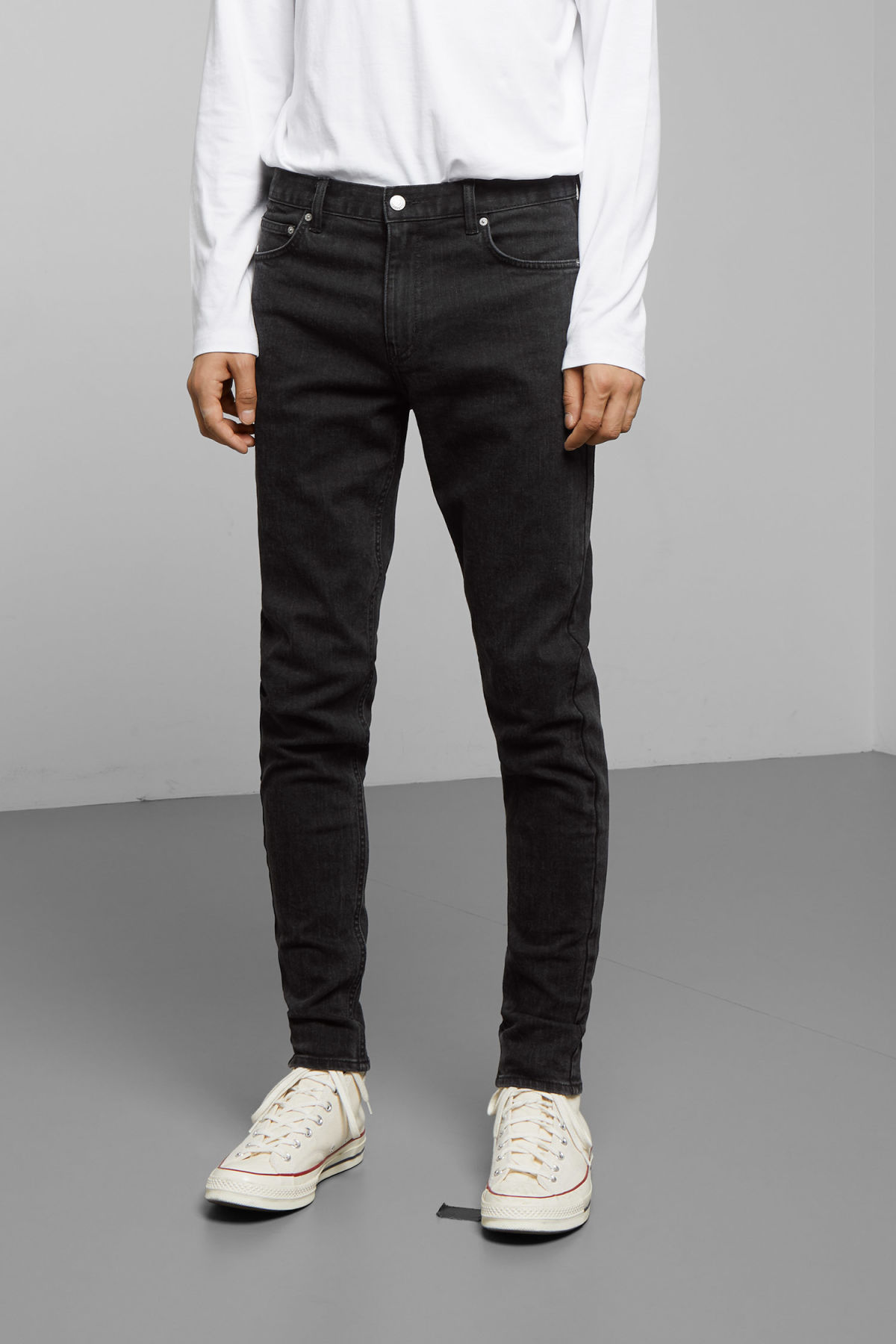 Model back image of Weekday cone tuned black jeans in black