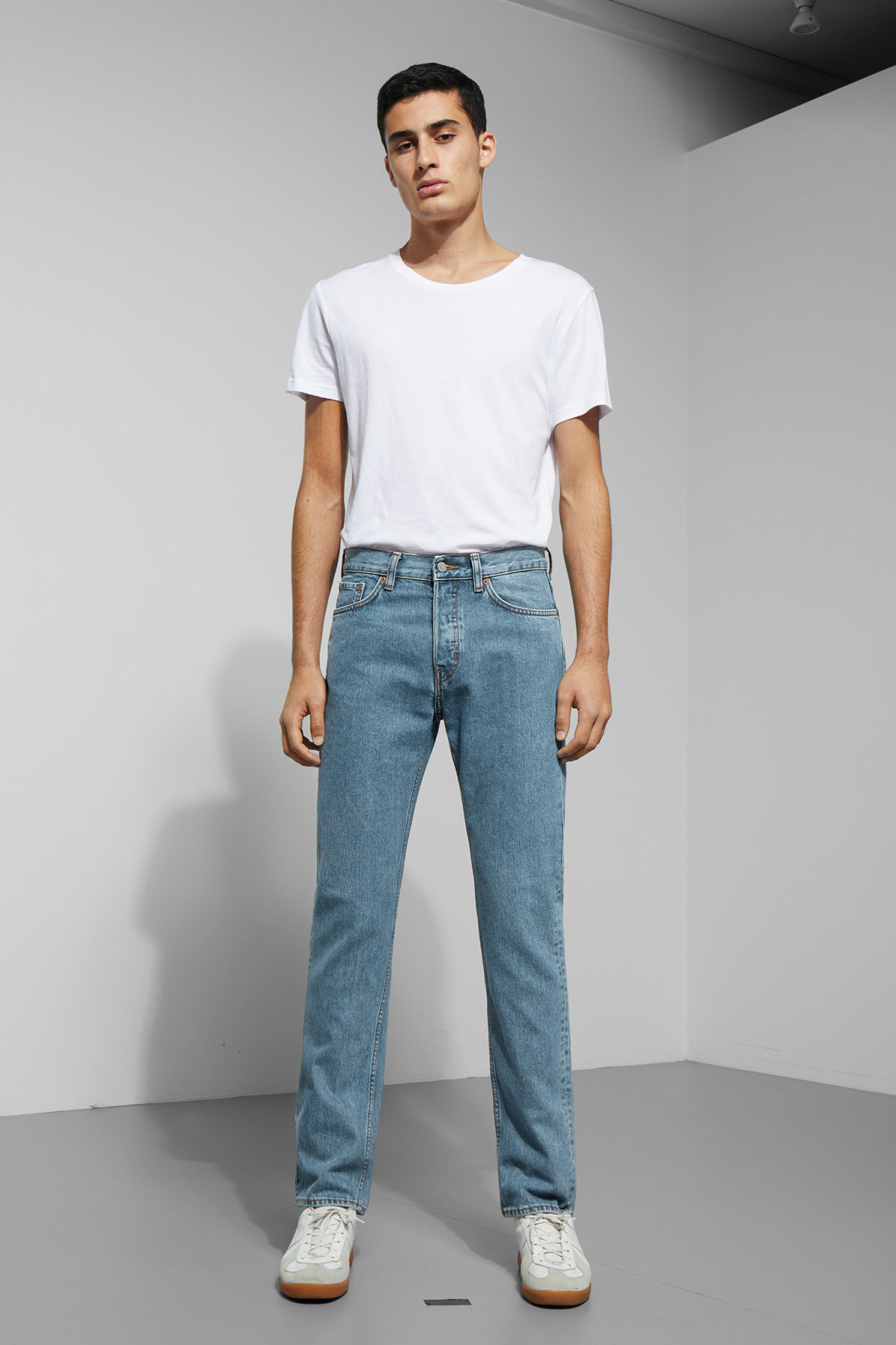 Model front image of Weekday vacant arizon blue jeans in blue